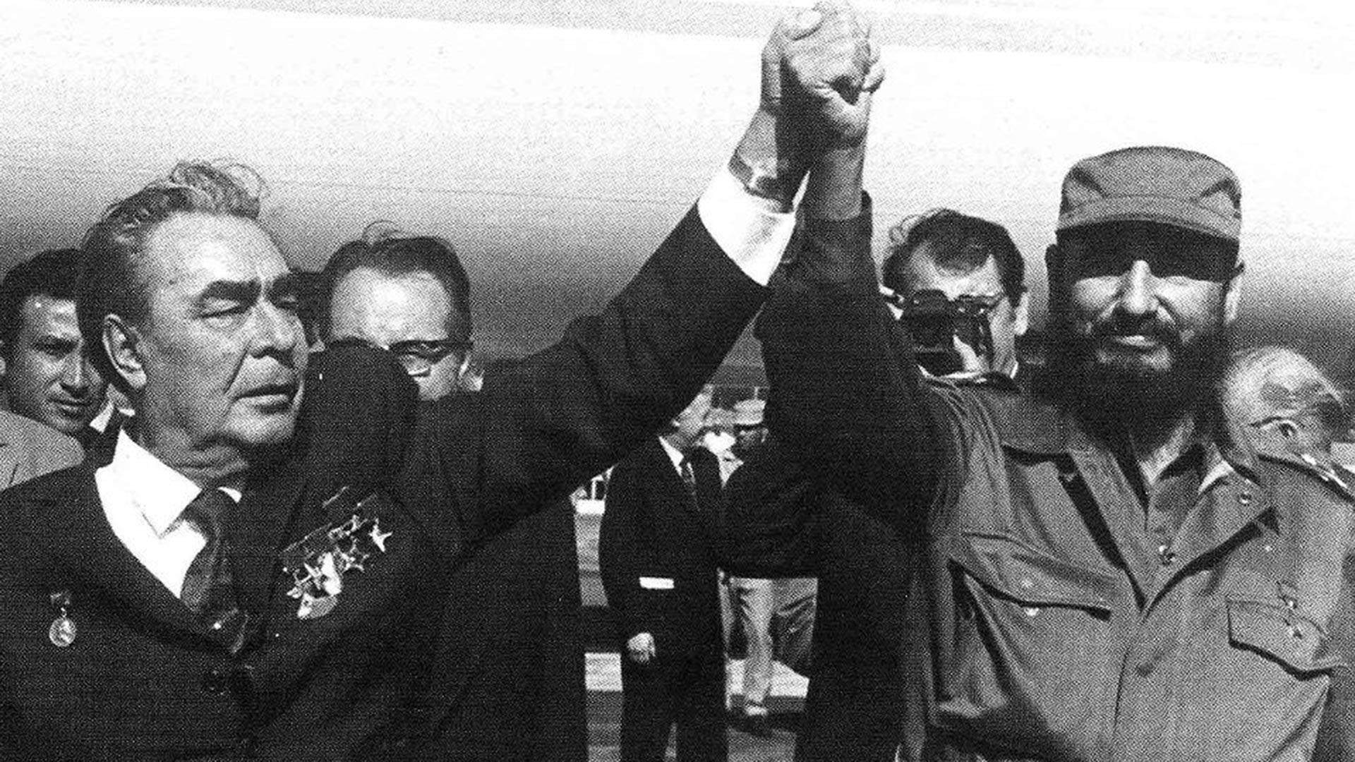 Leonidas Breznev, líder de la URSS desde 1964 hasta 1982), junto a Fidel Castro