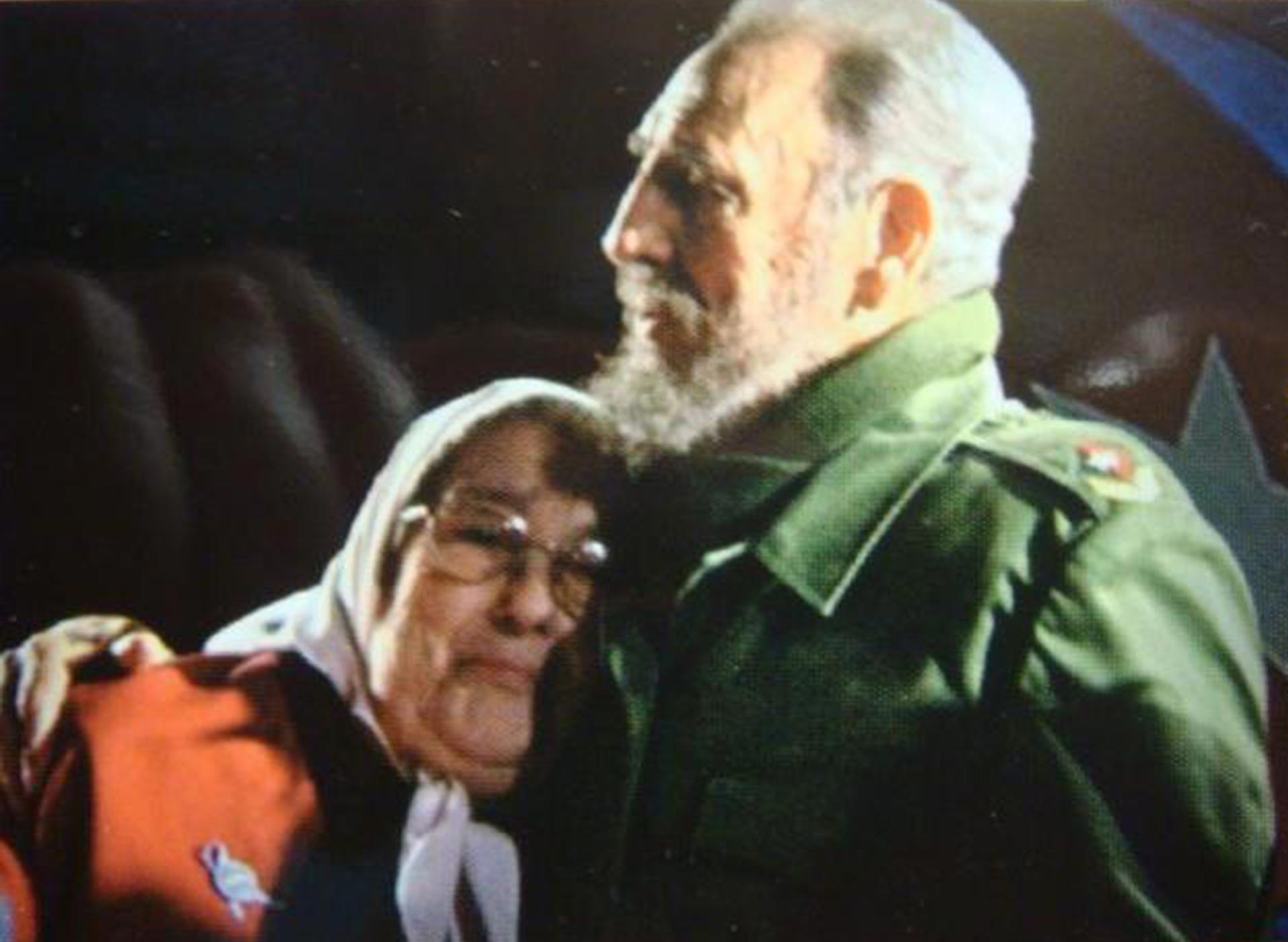 Fidel Castro abraza a Hebe de Bonafini. Pero durante la dictadura, su apoyo fue clave para que la dictadura militar evitara la condena en la ONU