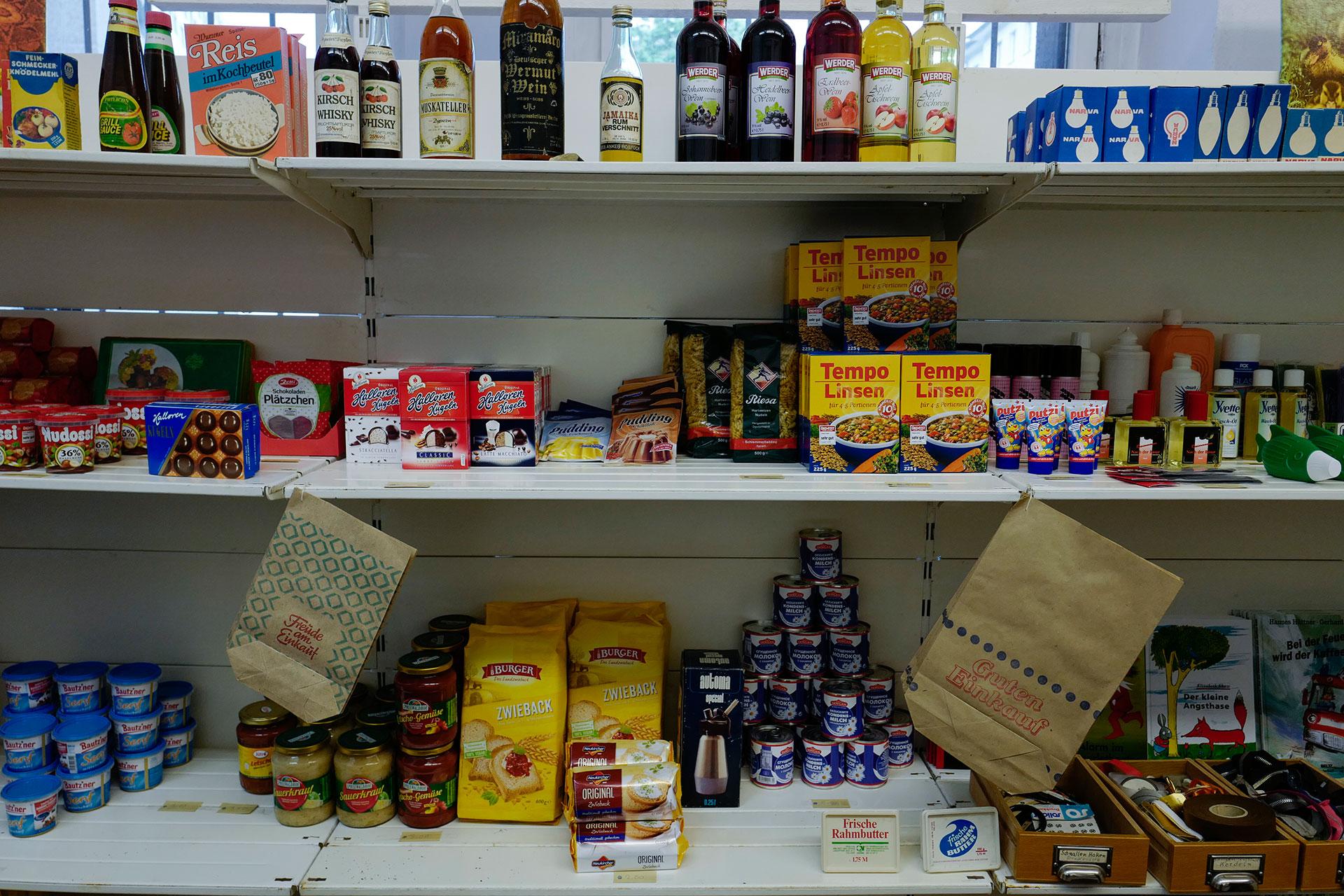 Diferentes productos de Alemania Oriental son exhibidos en las góndolas (AFP)