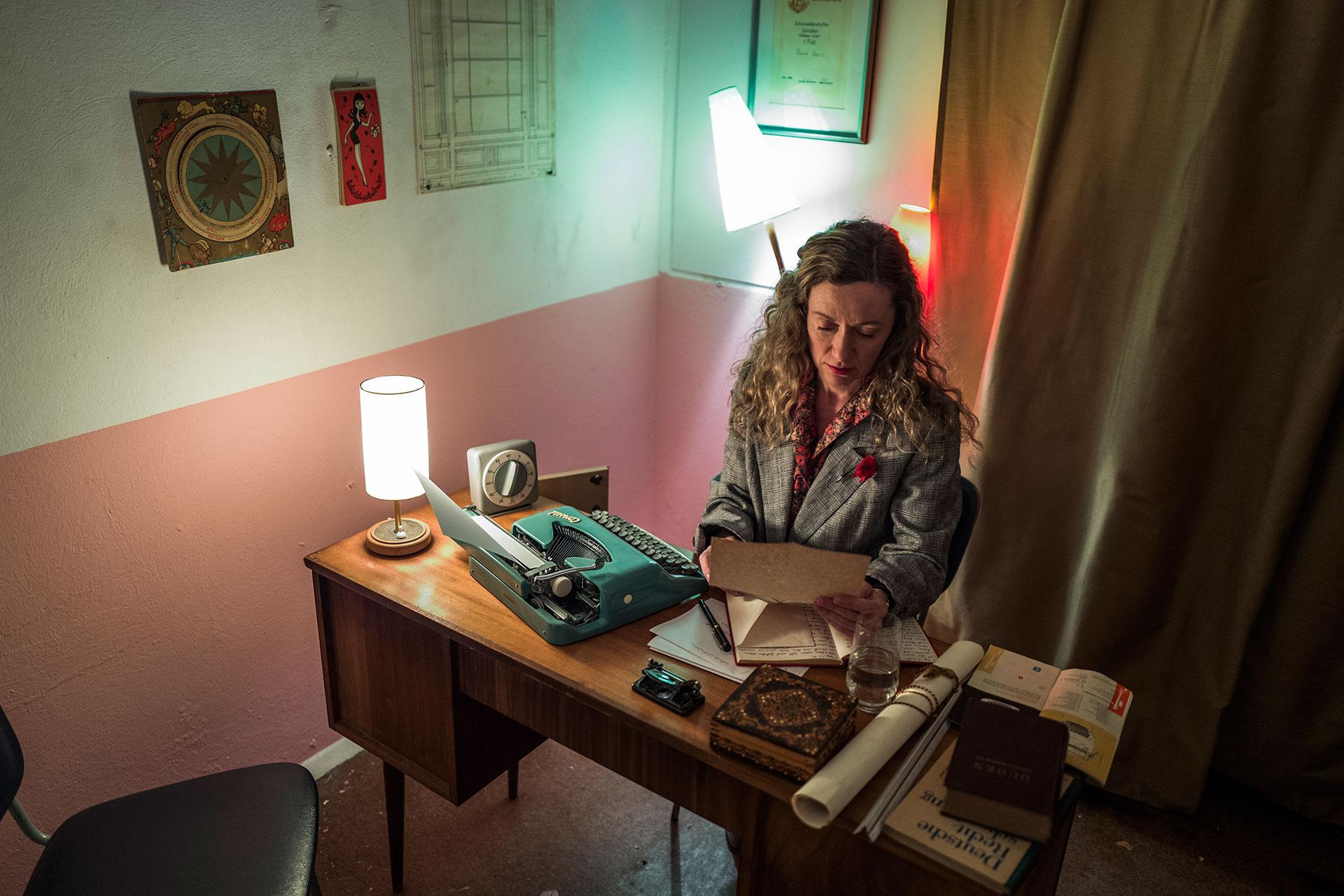 Una actriz encarna a una secretaria muy ocupada que trabaja sin parar en una oficina del Estado alemán oriental (AFP)