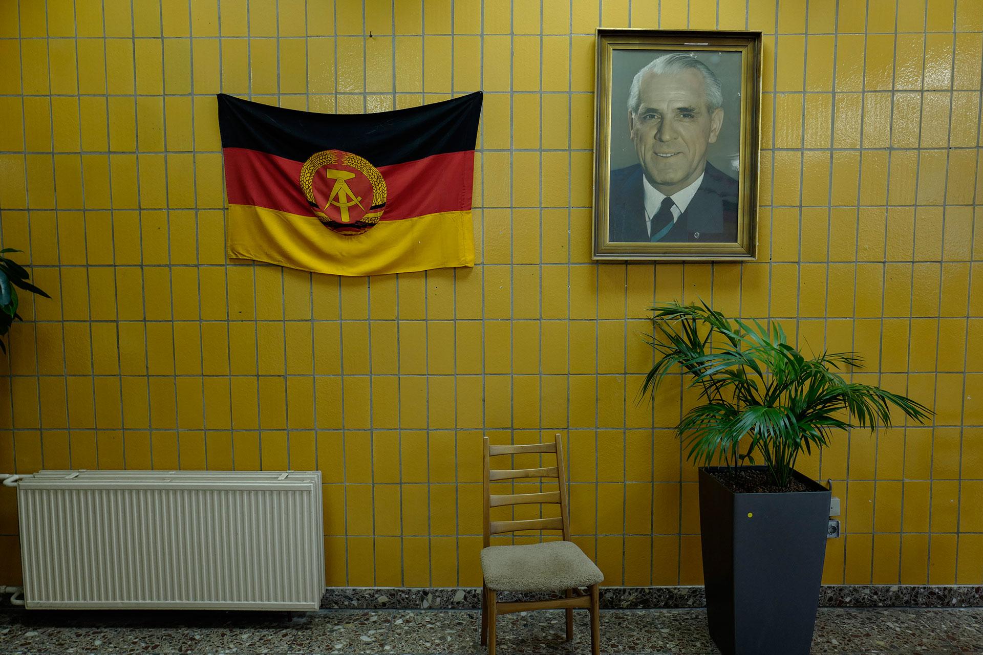 La bandera de Alemania Oriental y el retrato de uno de sus primeros ministros Willi Stoph (AFP)
