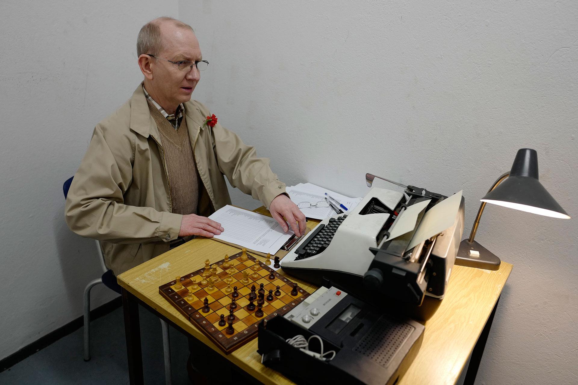 Un funcionario de bajo nivel del Partido Comunista de Alemania, en su oficina (AFP)