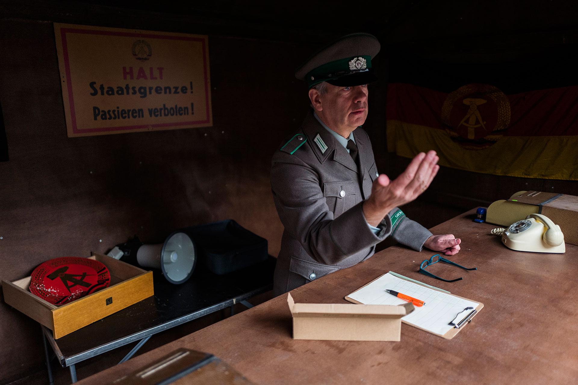 Un agente de la Stasi, la policía secreta de la República Democrática de Alemania, controla el ingreso al antiguo edificio del correo (AFP)
