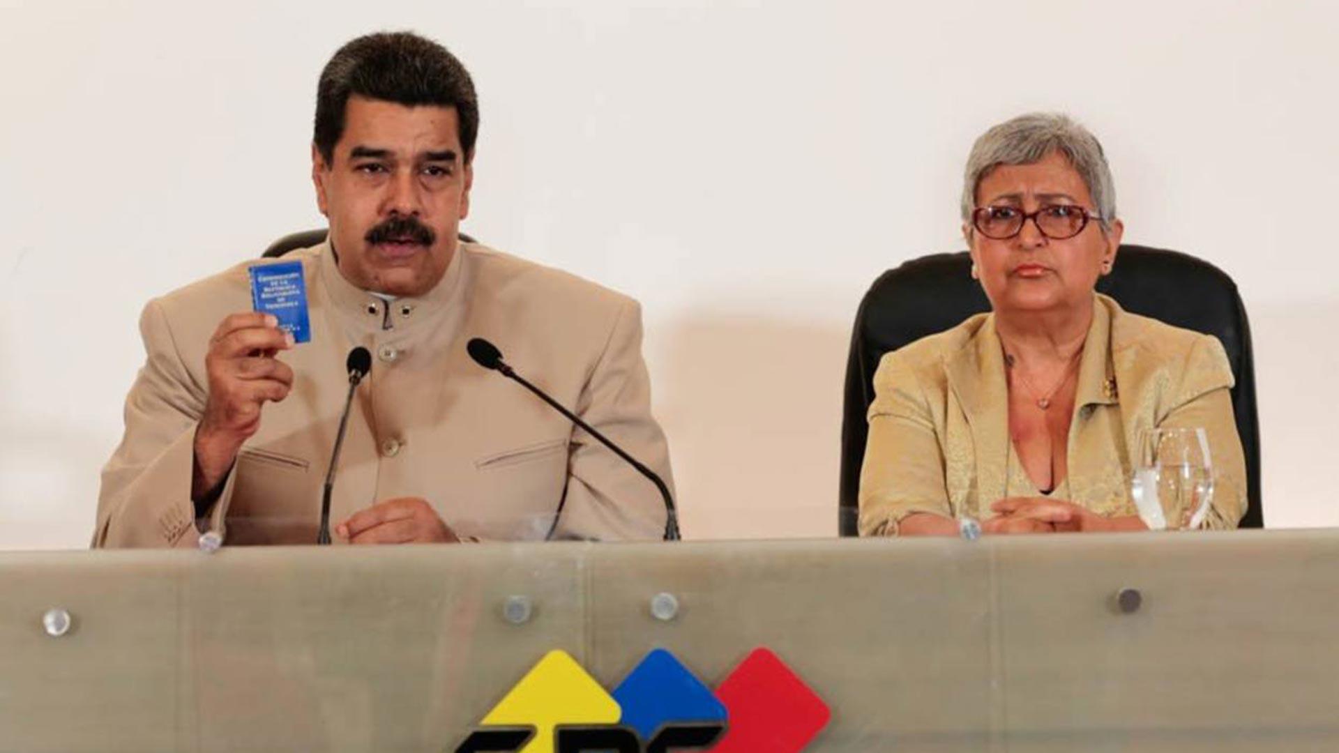 Nicolás Maduro, junto a la presidenta del CNE, Tibisay Lucena. El ente fue acusado de fraude en las elecciones regionales y municipales de 2017