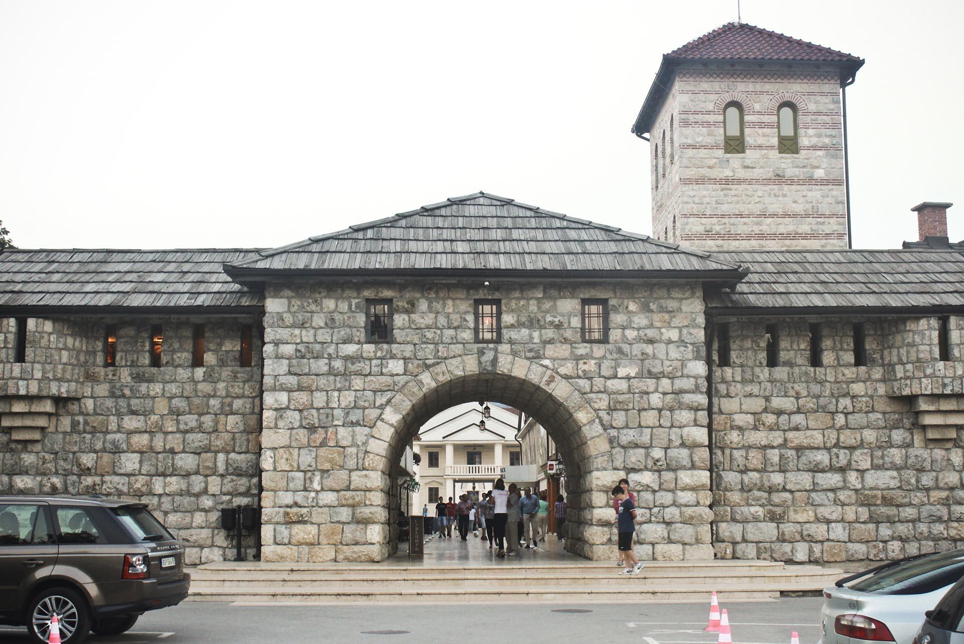 Ingreso a Kamengrad (la ciudad de piedra)/Andricgrad, en Visegrad, Bosnia Herzegovina