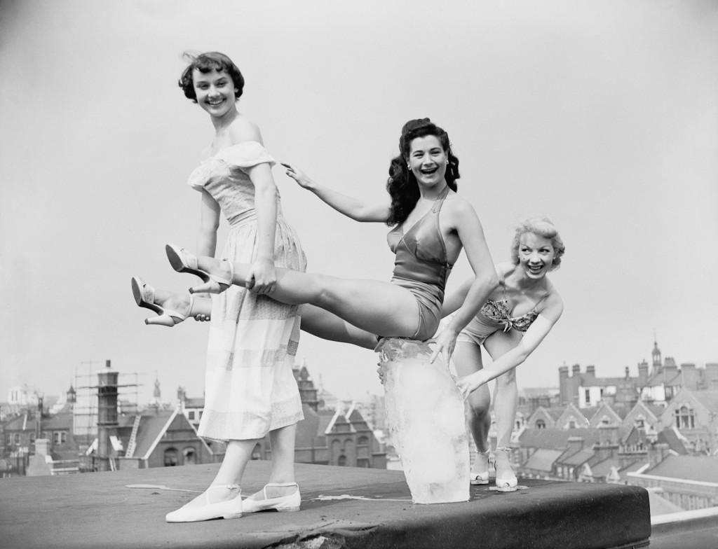Audrey Hepburn, Enid Smeedon y Aud Johanssen of Norway grabando escenas de su film en Londres. (Ron Case/Keystone/Hulton Archive/Getty Images)