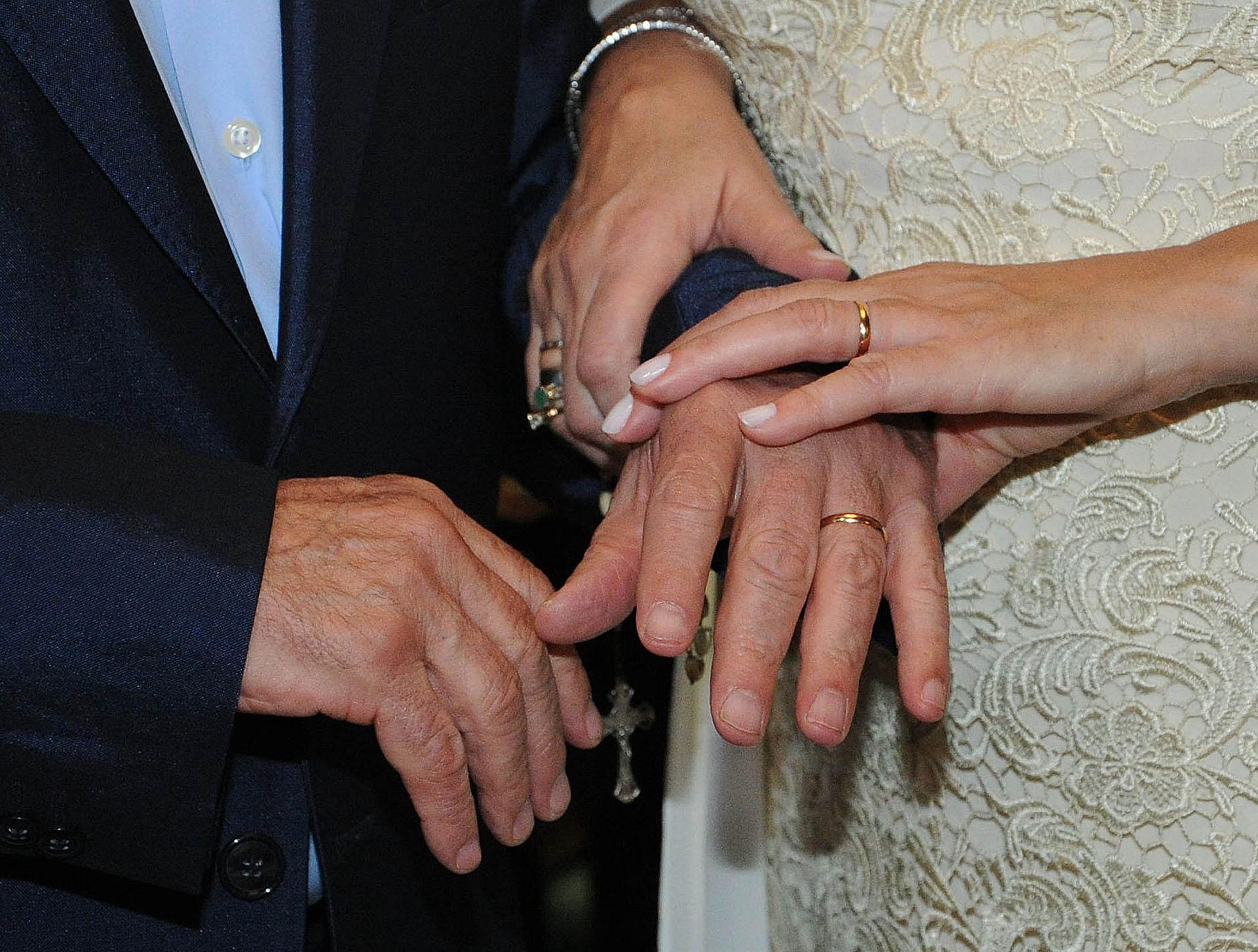 Las alianzas bendecidas en las manos de Horacio Pagani y Cecilia Di Carlo