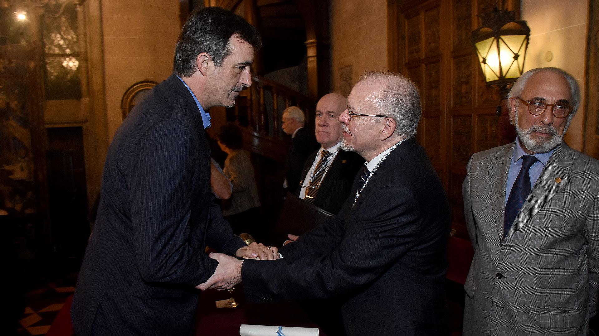 El ministro de Educación Esteban Bullrich, saludando al escritor y periodista