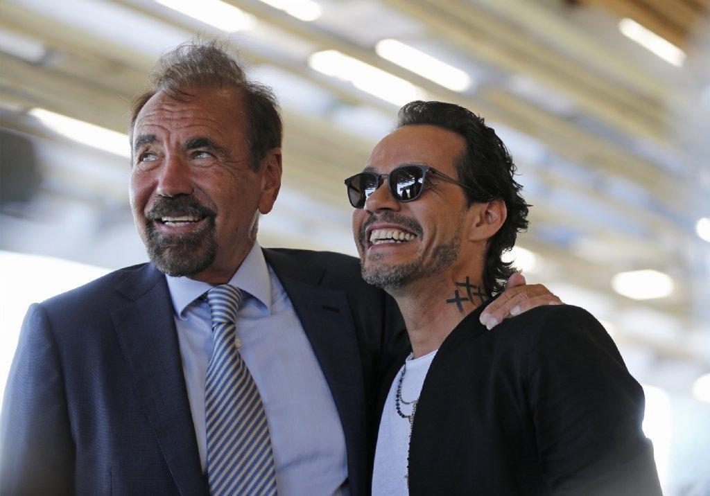 """El magnate inmobiliario Jorge Pérez y Marc Anthony, durante el anuncio de que el cantante animará el show de medio tiempo de """"El Clásico"""" en Miami"""