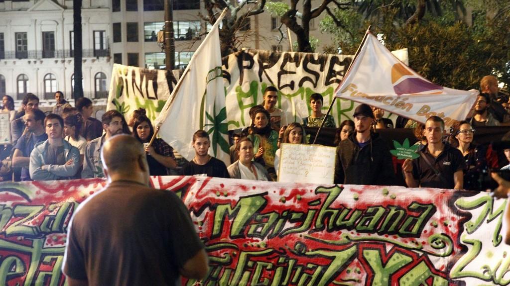 Activistas participaron en una marcha en conmemoración del Día Mundial de la Marihuana este viernes 5 de mayo en Montevideo (EFE)