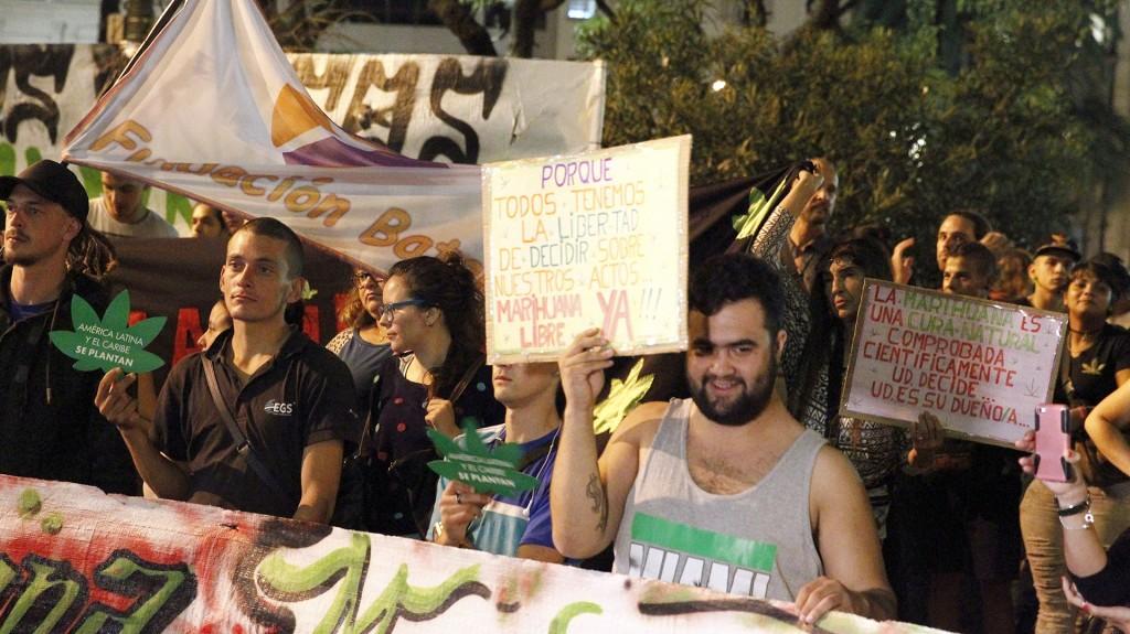 Los activistas también se refirieron a la apertura del registro de adquirientes de marihuana legal en farmacias (EFE)