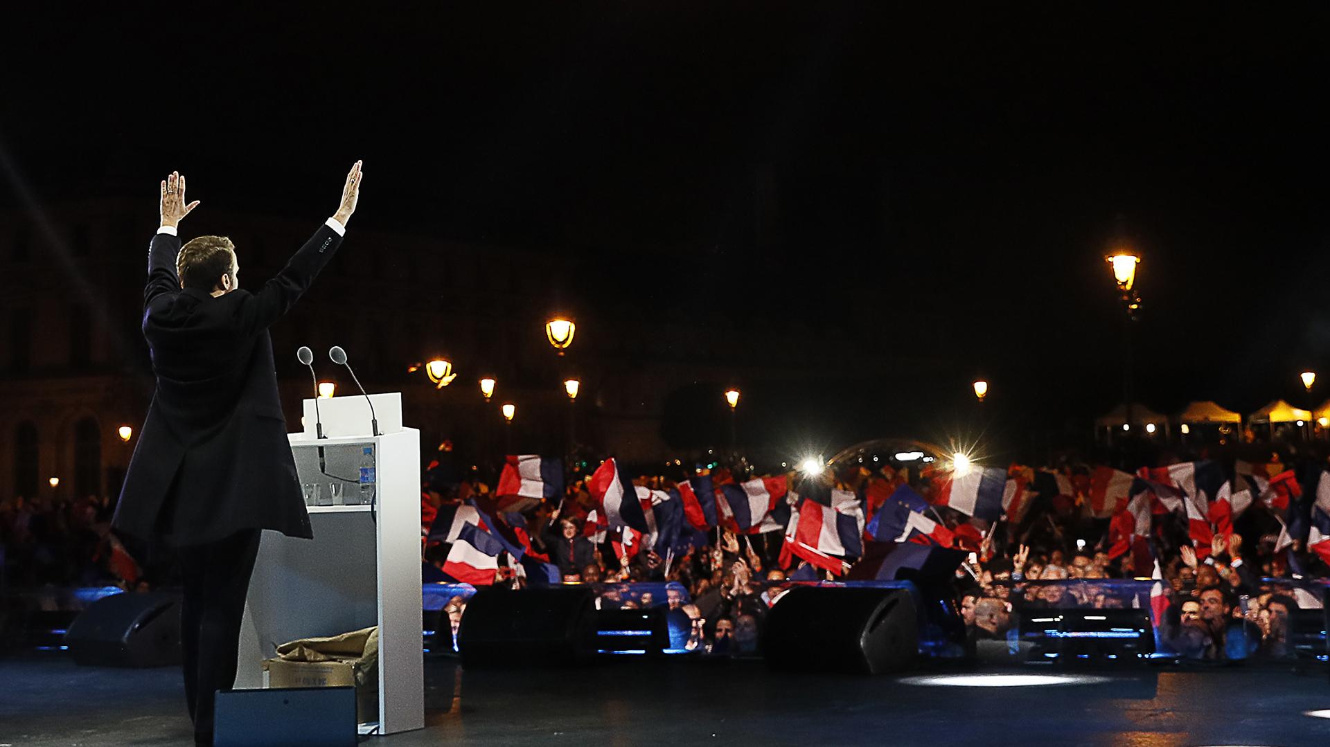 Macron se dirige a sus seguidores en el Museo del Louvre (AFP)
