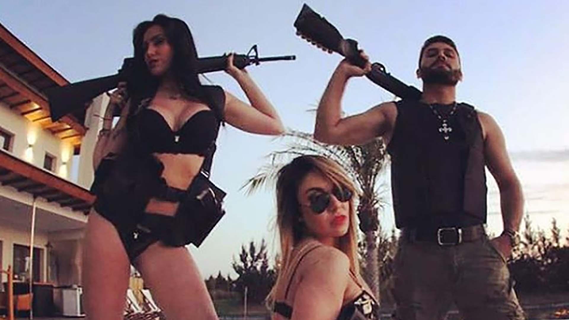 Radetic suele sacarse fotos con mujeres y armas de grueso calibre