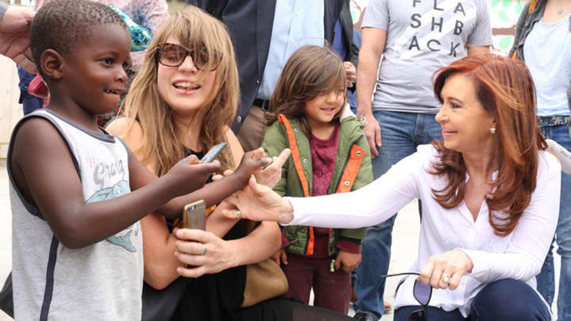 Delfina Rossi junto a la ex presidente Cristina Kirchner en su reciente gira europea