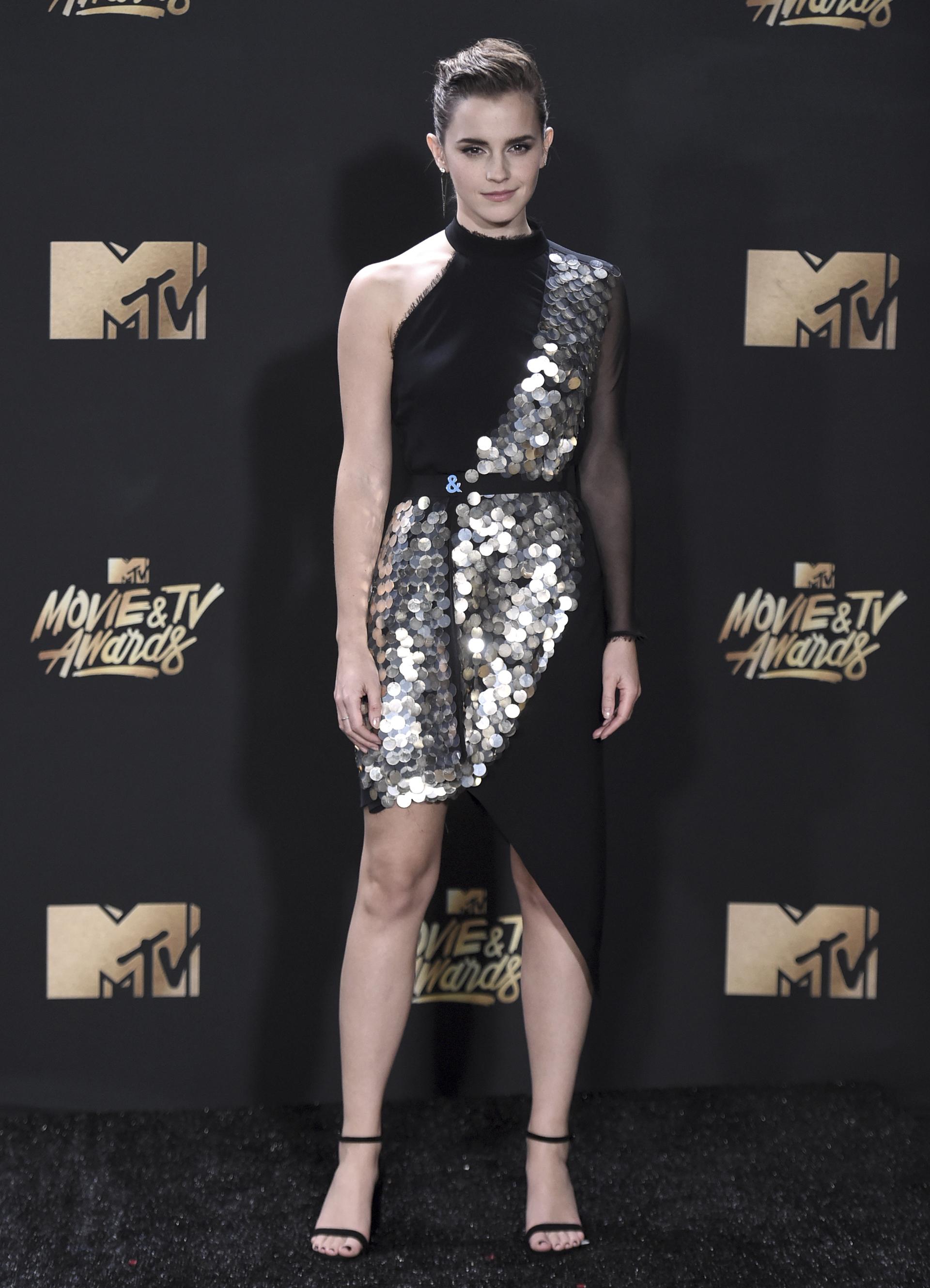 Emma Watson deslumbró en la premiación y también en la alfombra roja, fiel a su estilo clásico con detalles en plateado (Richard Shotwell/Invision/AP)