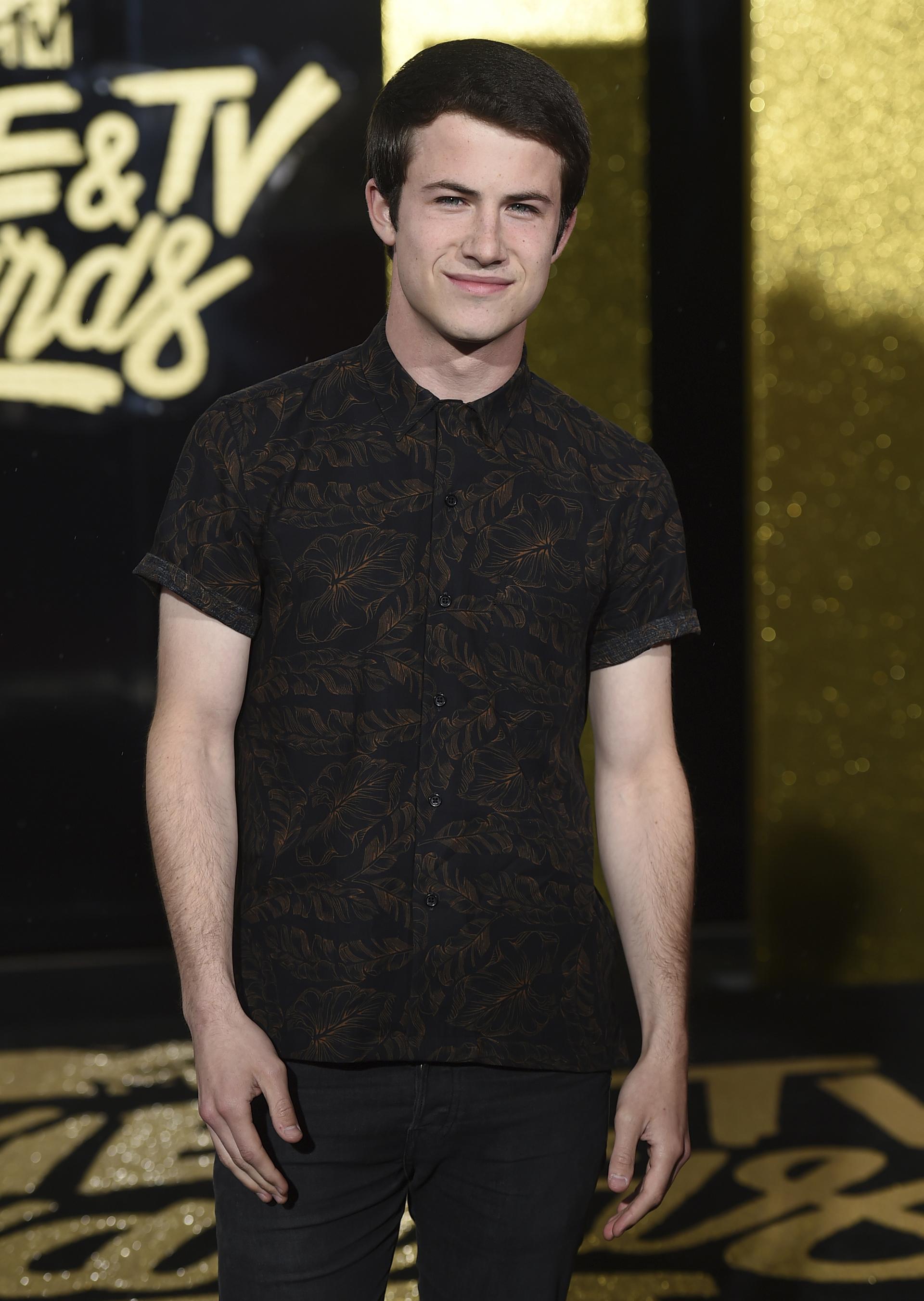 Dylan Minnette, el actor del momento, fue por lo casual en esta noche de premios optando por una camisa mangas cortas y un pantalón oscuro (Jordan Strauss/Invision/AP)