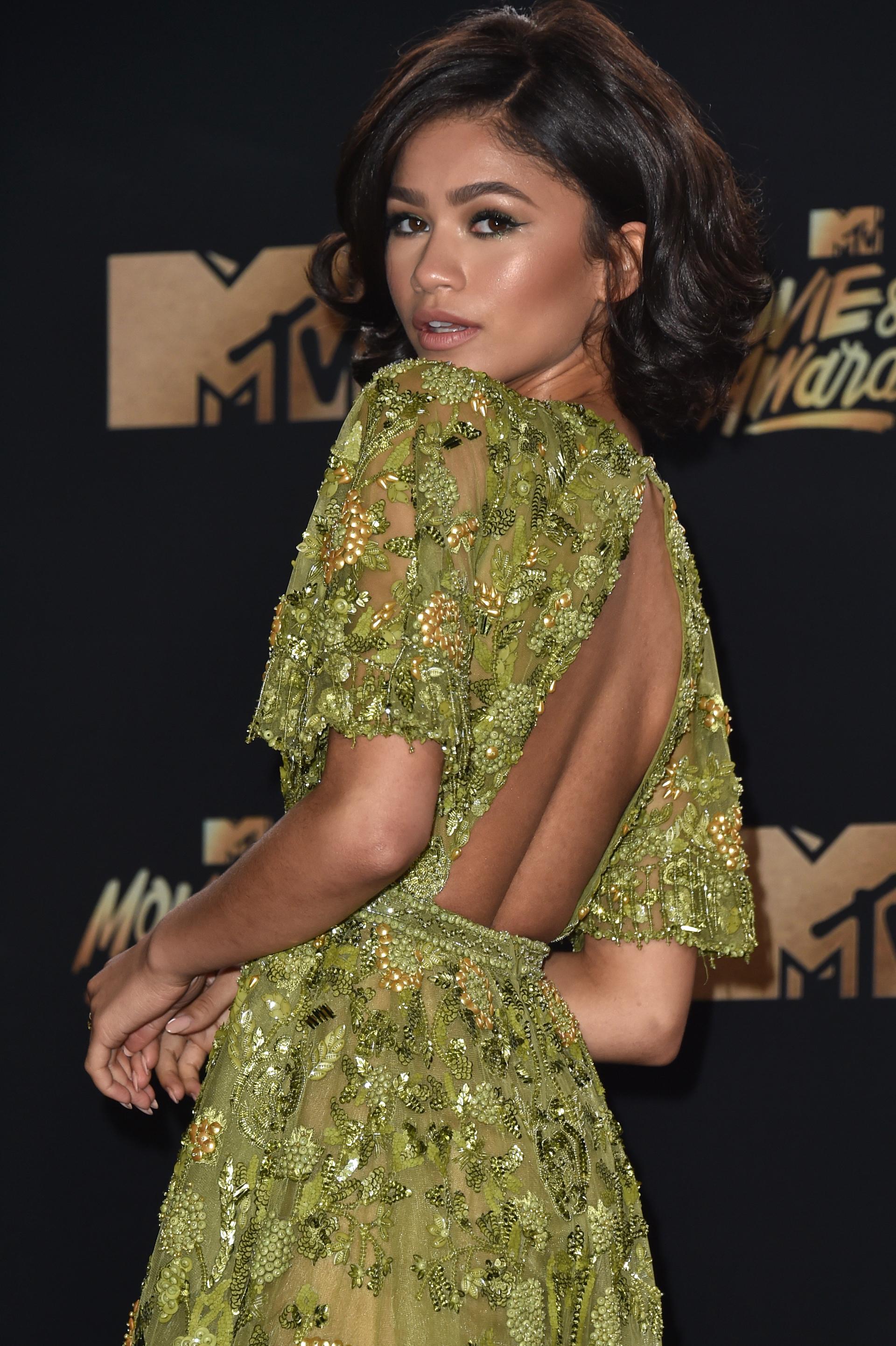 Zendaya eligió para esta edición un vestido verde con apliques, espalda descubierta y un maquillaje y peinado que acompañaban al increible vestido que eligió la estrella de Disney y cantante (Alberto E. Rodriguez/Getty Images)