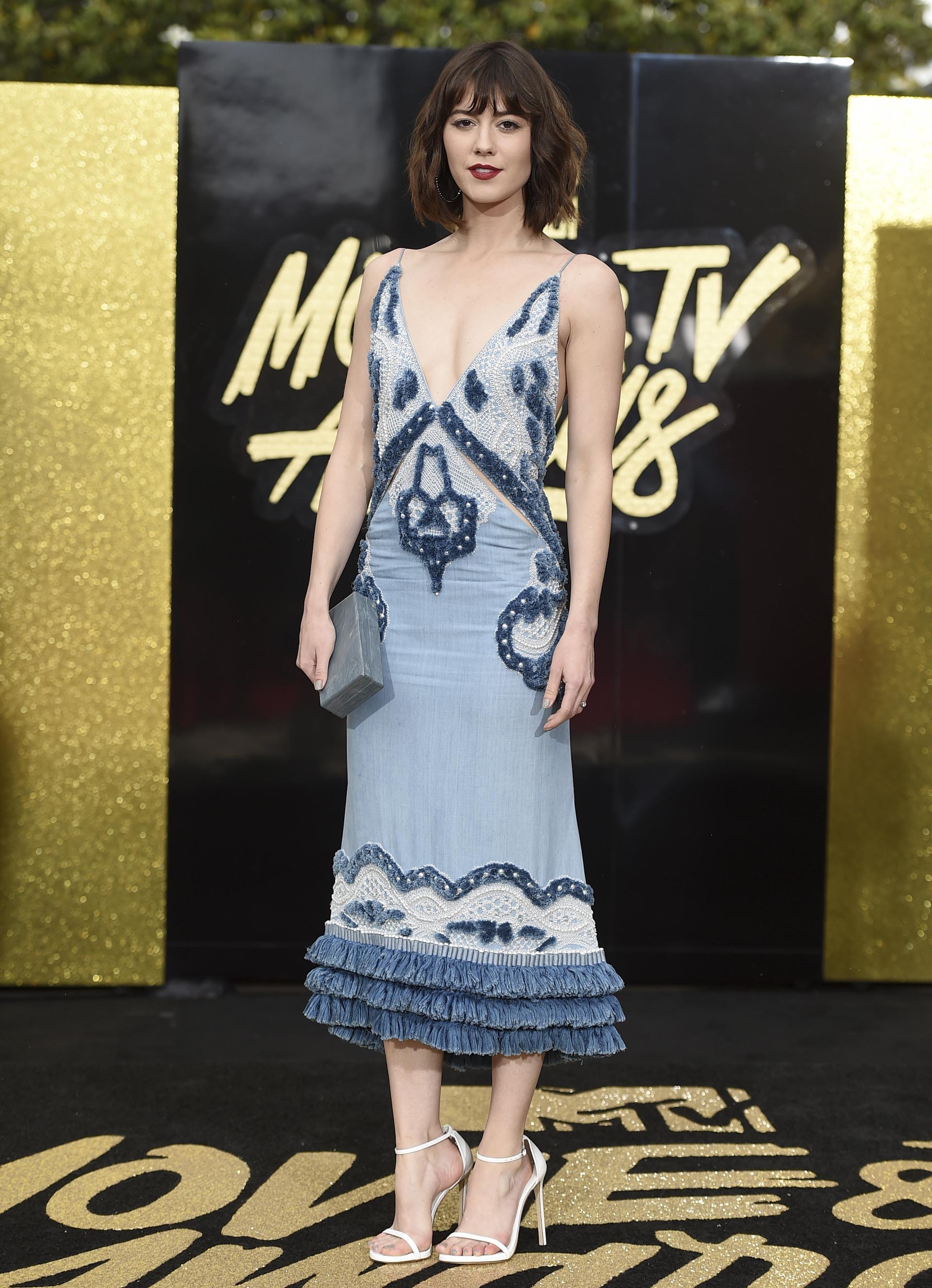 Mary Elizabeth Winstead, con un vestido en tonos azules y zapatos blancos (Jordan Strauss/Invision/AP)
