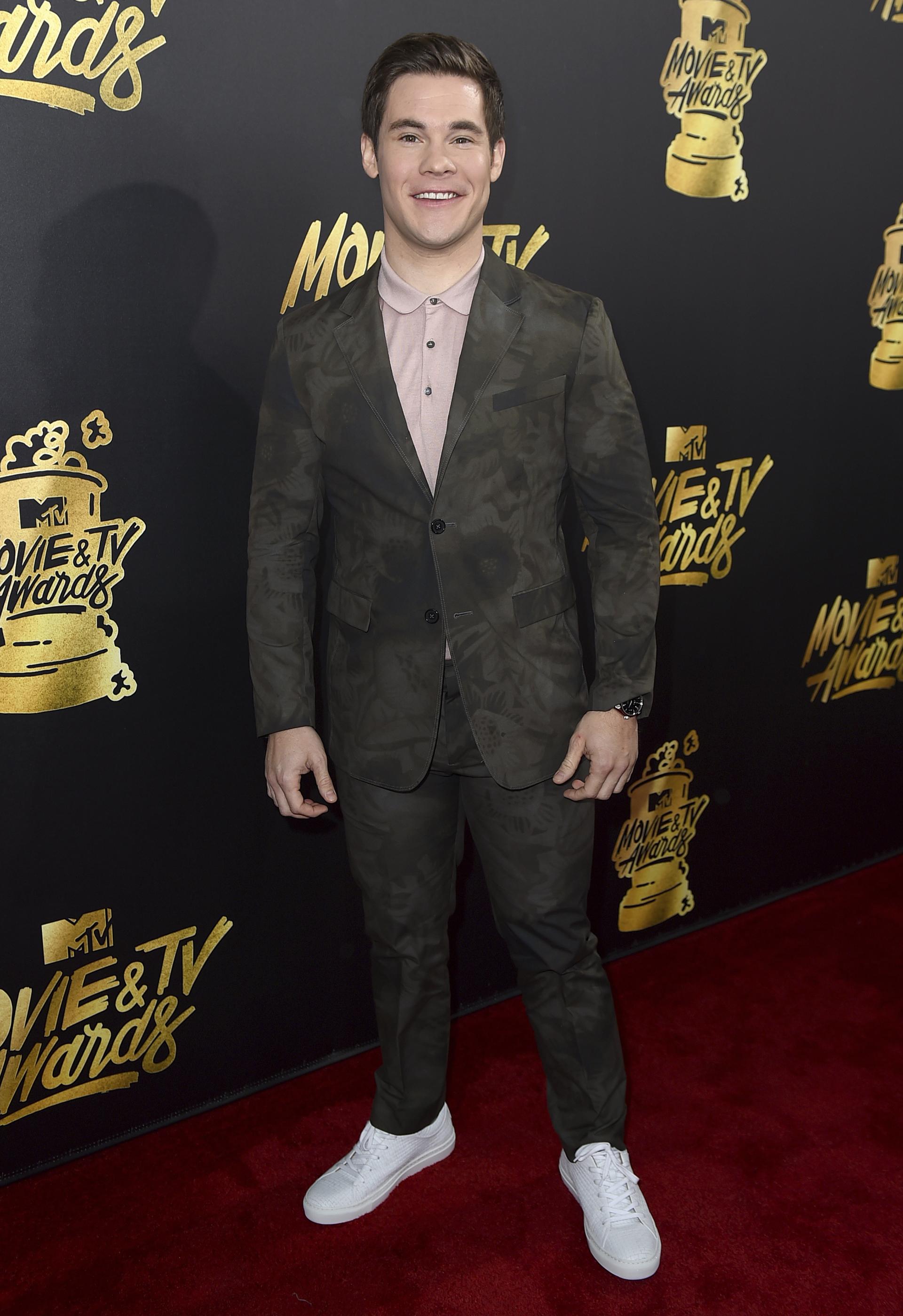 Adam Devine se puso un traje con camisa rosa y zapatillas blancas (Jordan Strauss/Invision/AP)