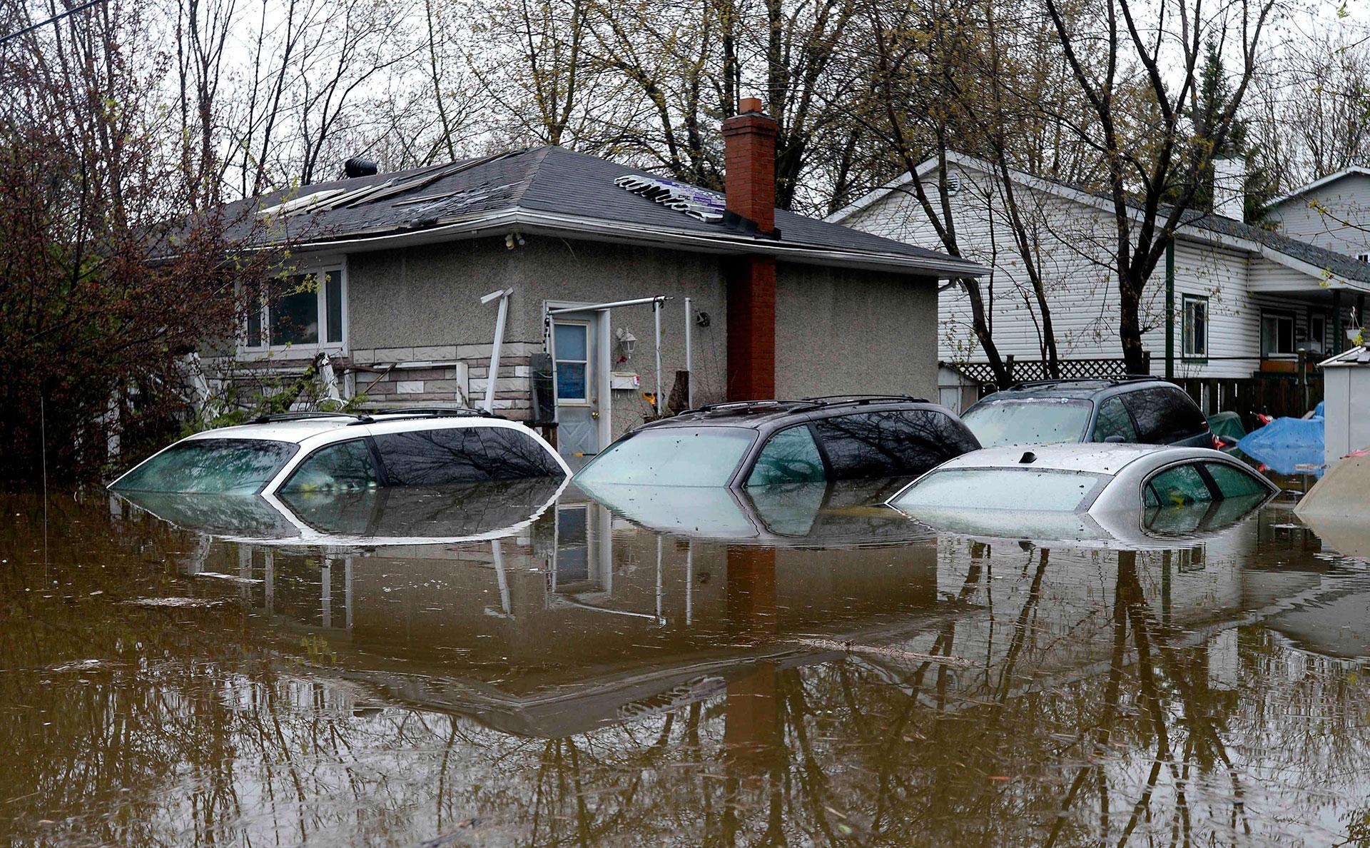 Autos bajo el agua en Gatineau, Quebec (AP)