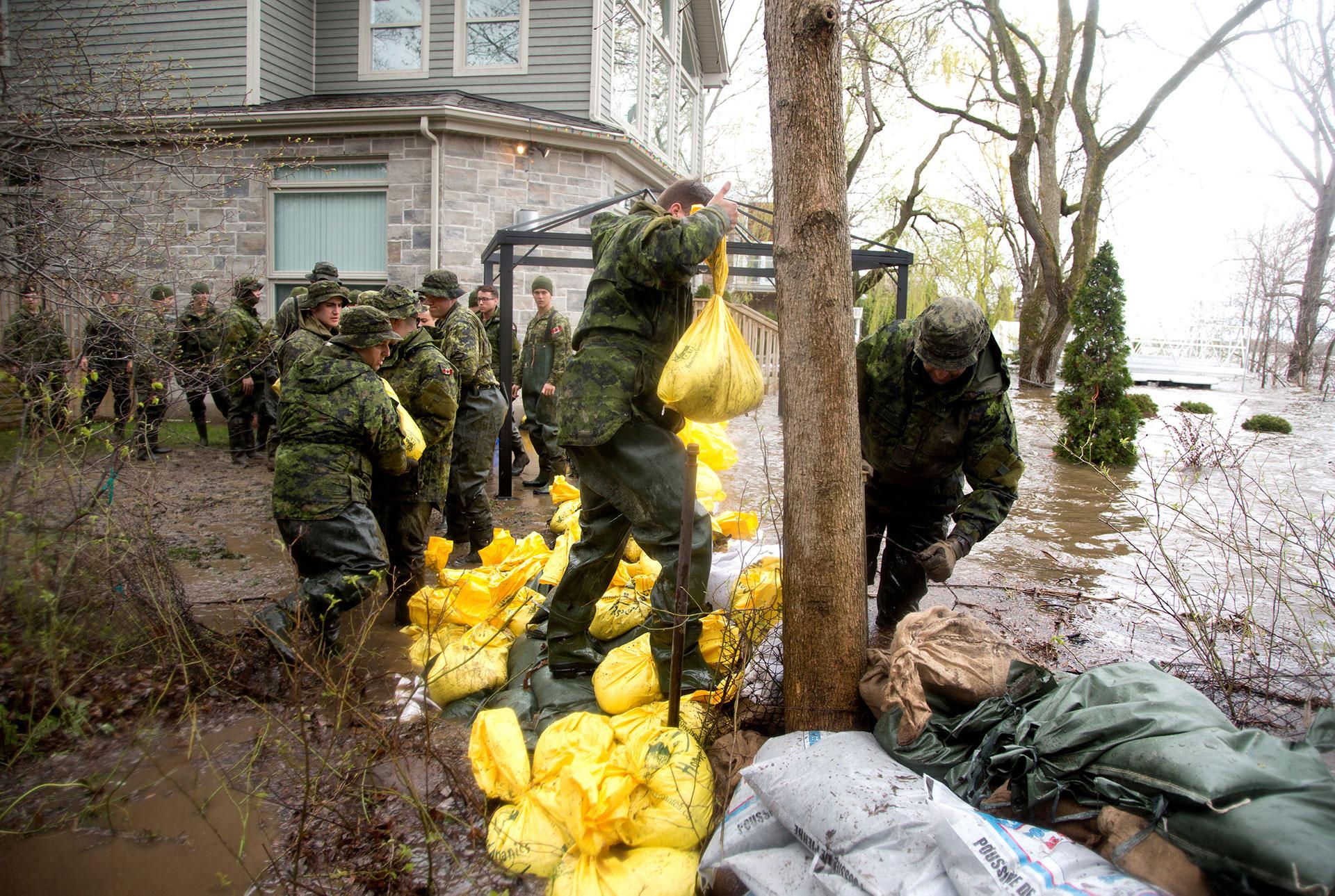 Las tropas construyen diques con bolsas de arena (Reuters)