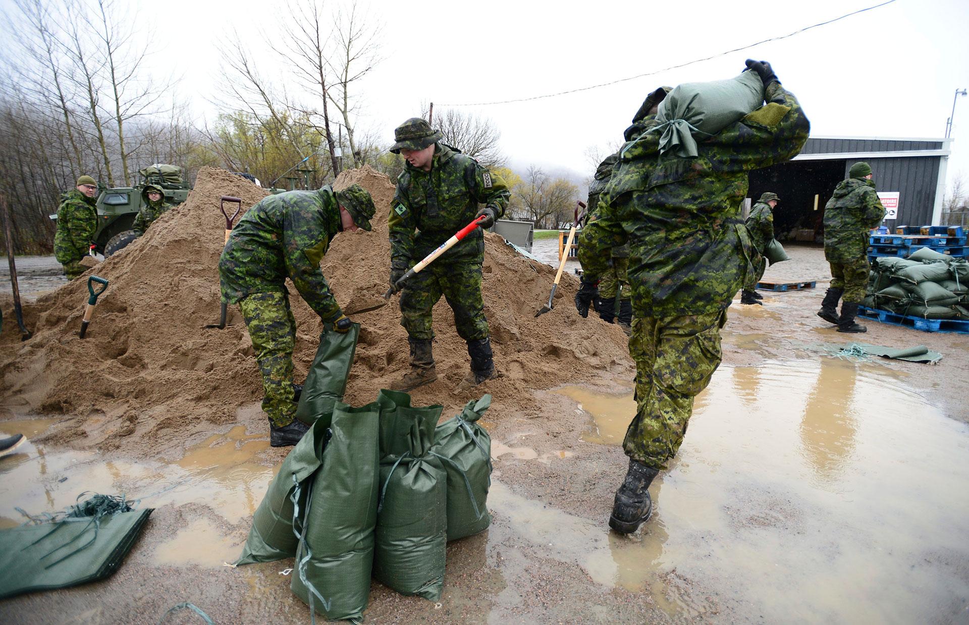 Al comienzo de las inundaciones fueron desplegados 400 soldados, pero luego el número aumentó a 1200 por la gravedad del fenómeno (AP)