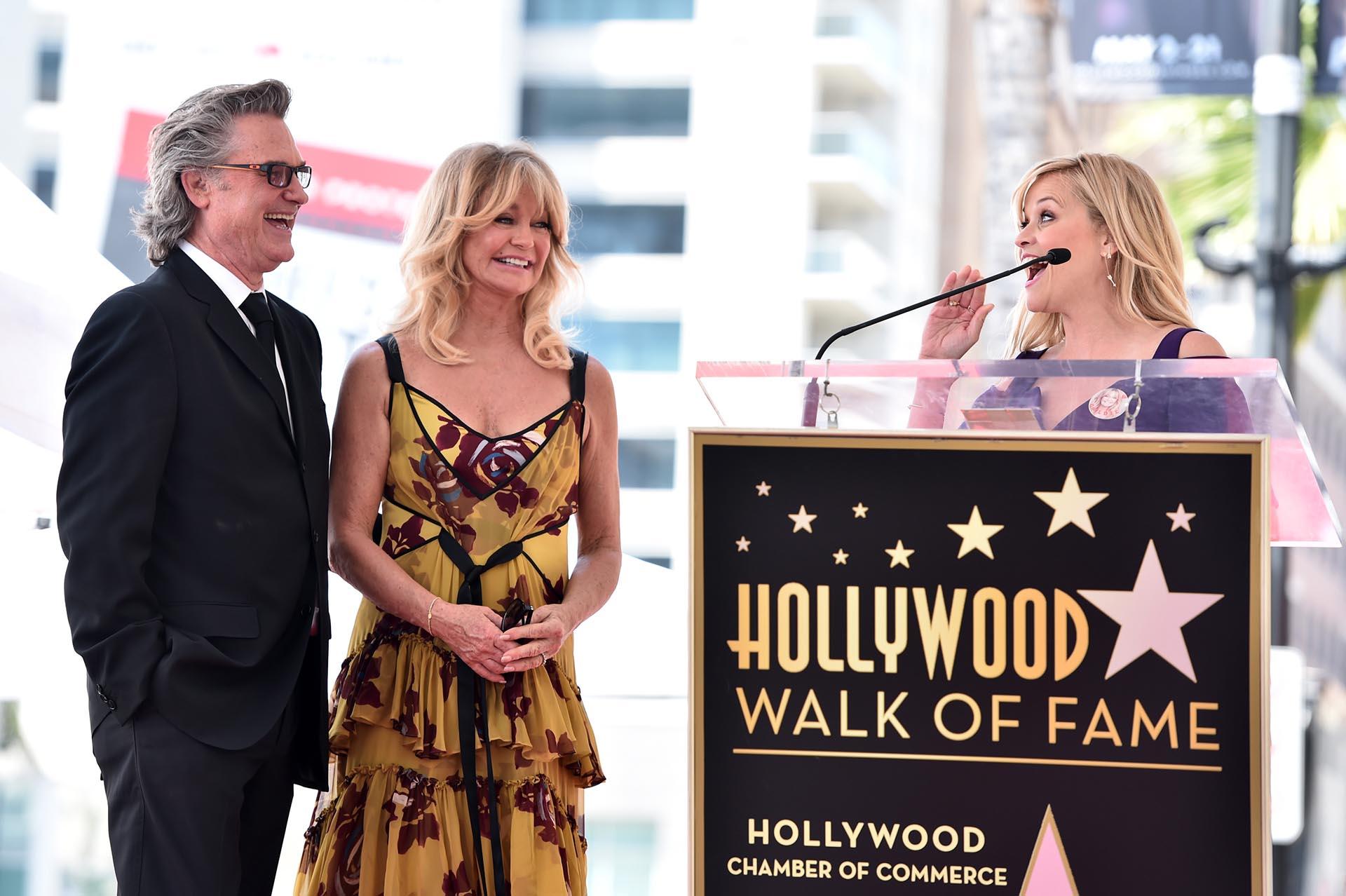 """Reese Witherspoon emocionó a ambos actores con sus cálidas palabras y arribó con un cartel que decía """"I love you Goldie"""". """"Ella transformó las posibilidades de lo que las mujeres pueden hacer en el cine"""", expresó Reese en referencia a la gran carrera de su amiga"""