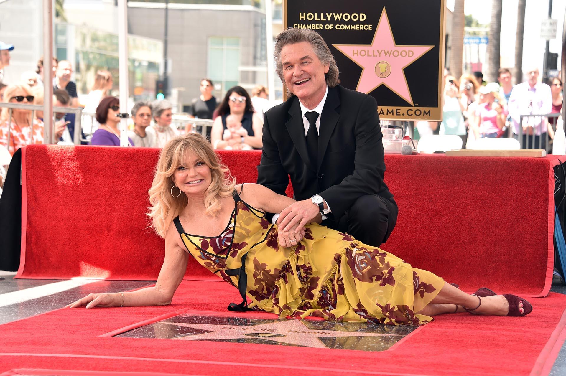 Goldie Hawn y Kurt Russell posan junto a sus estrellas en el Paseo de la Fama de Hollywood, en California