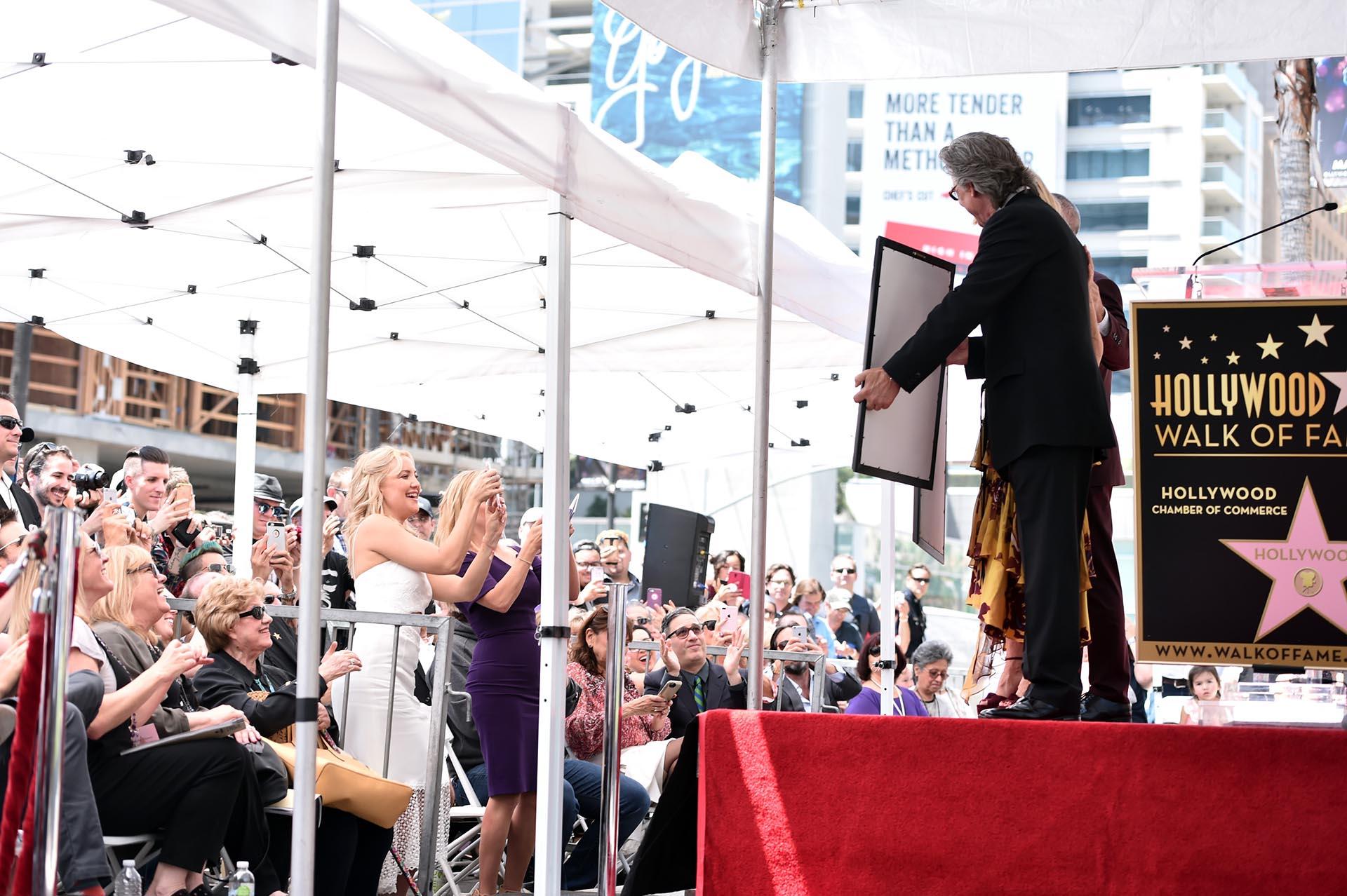Goldie Hawn y Kurt Russell sobre el escenario y frente a cientos de seguidores que se acercaron a acompañarlos /// Fotos: Getty Images