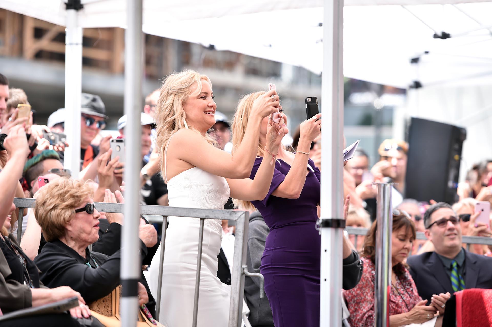 Kate Hudson y Reese Witherspoon tomaron fotos entre el público