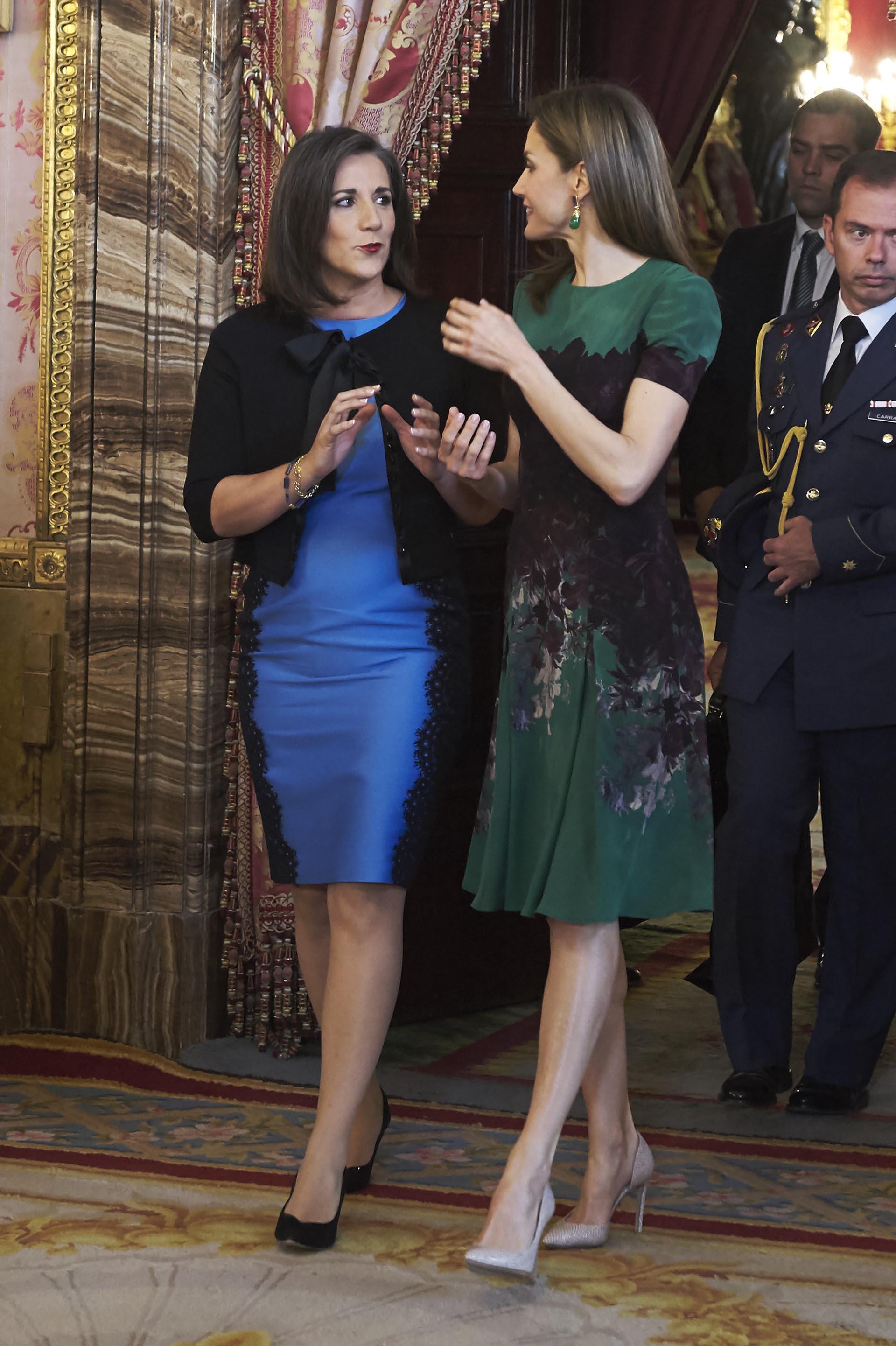 Mercedes Peñas Domingo lució un vestido celeste con laterales de encaje negro y un saco con mangas tres cuartos