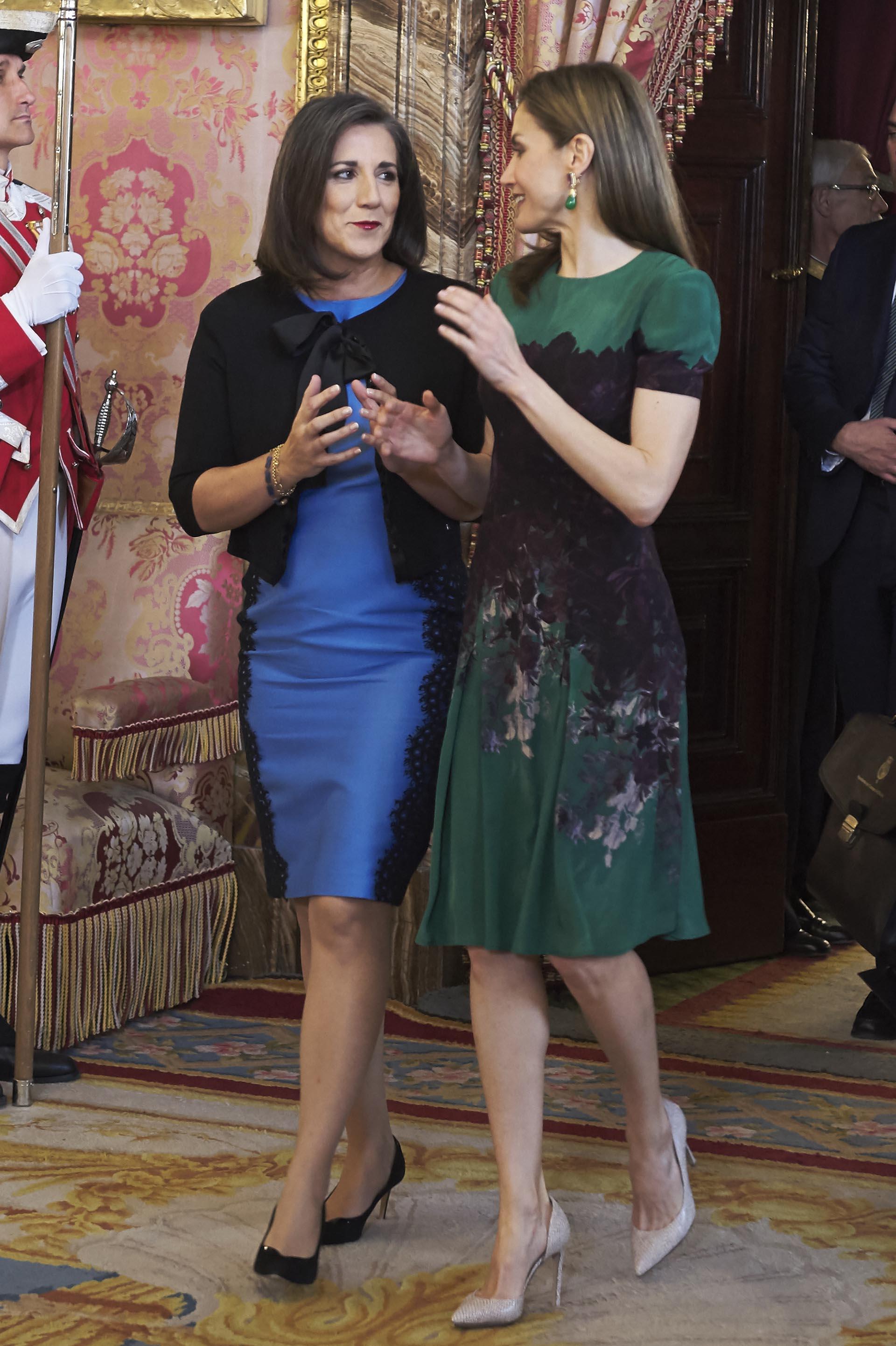 Ambas mujeres eligieron stilettos: la esposa del presidente de Costa Rica lució un modelo negro, mientras que la mujer del rey Felipe escogió unos en tono nude y de taco más alto