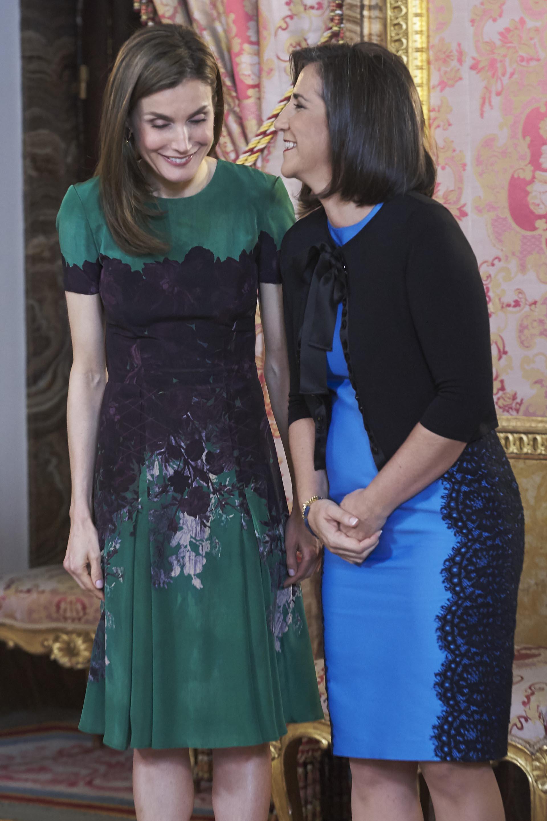 Letizia de España eligió un vestido verde diseñado por Carolina Herrera, con estampa floral en la zona central y mangas cortas