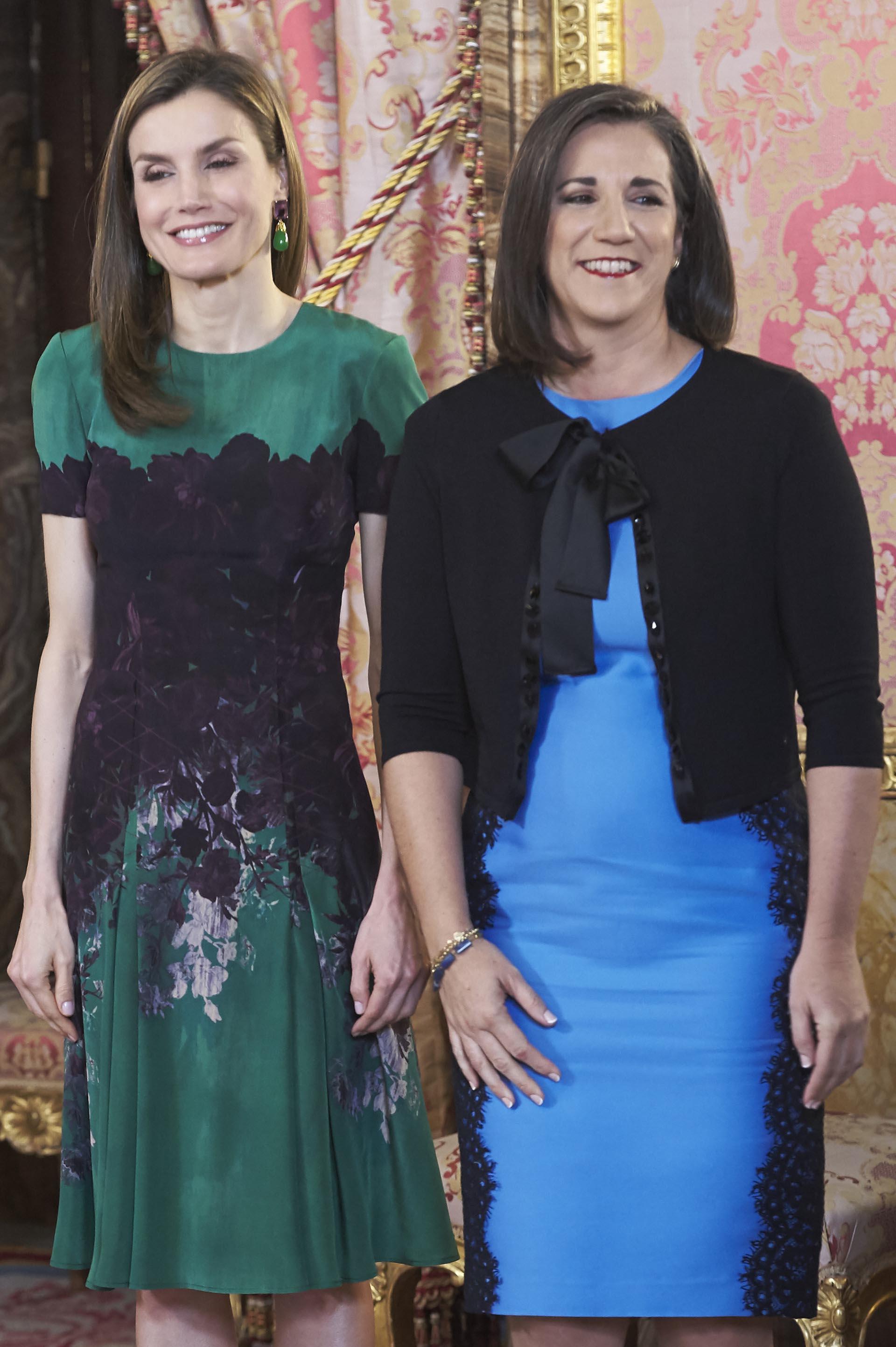 La reina no teme repetir su vestuario, ya que hace un mes lució el mismo diseño para asistir a una recepción con la colectividad española residente en Japón