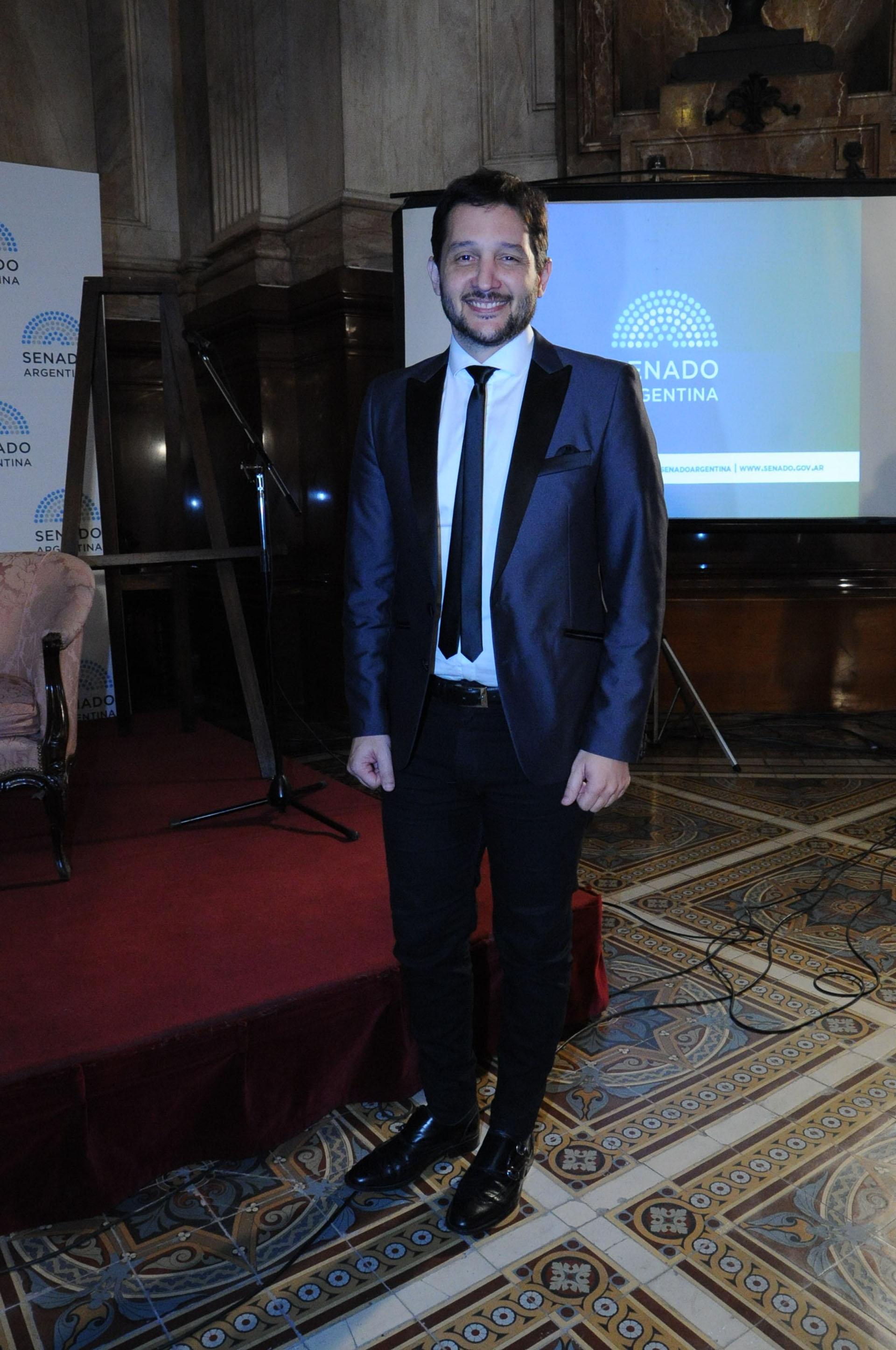 Germán Paoloski, acompañó a Julio Bocca en la entrega del merecido reconocimiento al artista (Fotos Teleshow)