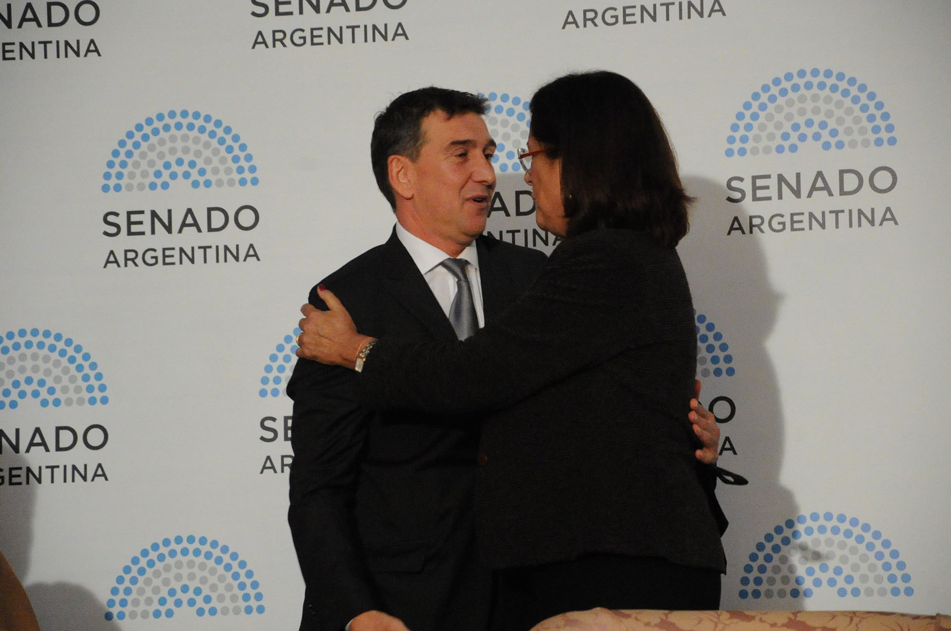 Julio Bocca recibe el saludo de la senadora Marta Varela (PRO)