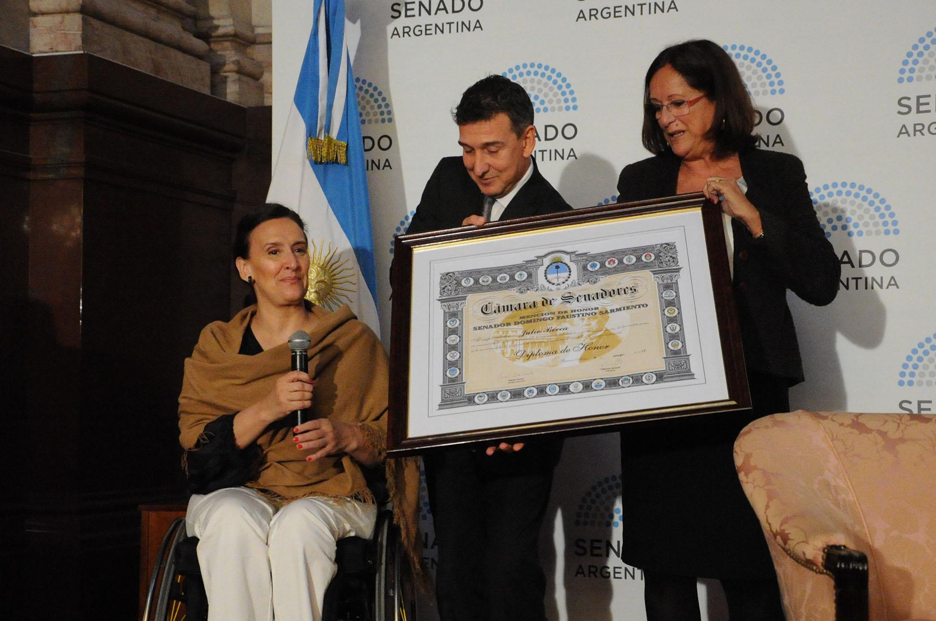 """La senadora Marta Varela (Pro), impulsora del reconocimiento, declaró el """"honor y orgullo de entregar la mención a este artista tan querido por todos"""""""