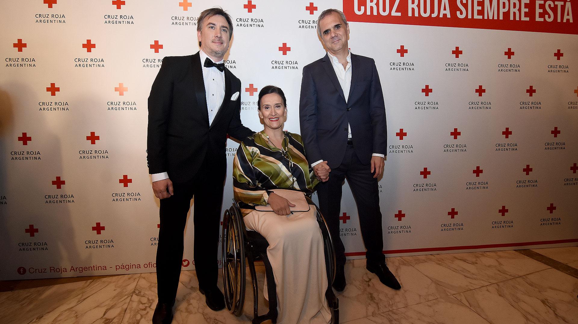 El presidente de Cruz Roja Argentina, Diego Tipping; la vicepresidente de la Nación, Gabriela Michetti; y su pareja, Juan Tonelli
