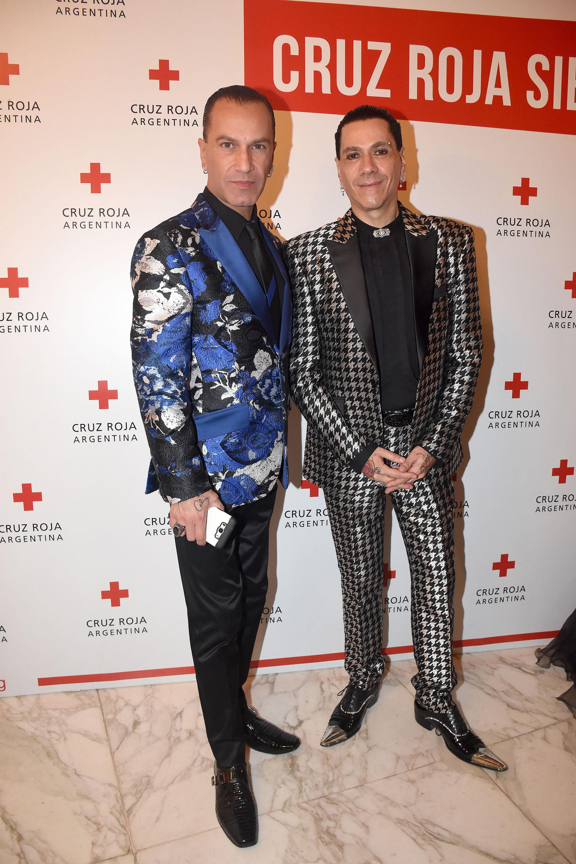 El modista Roberto Piazza junto a su esposo, Walter Vázquez