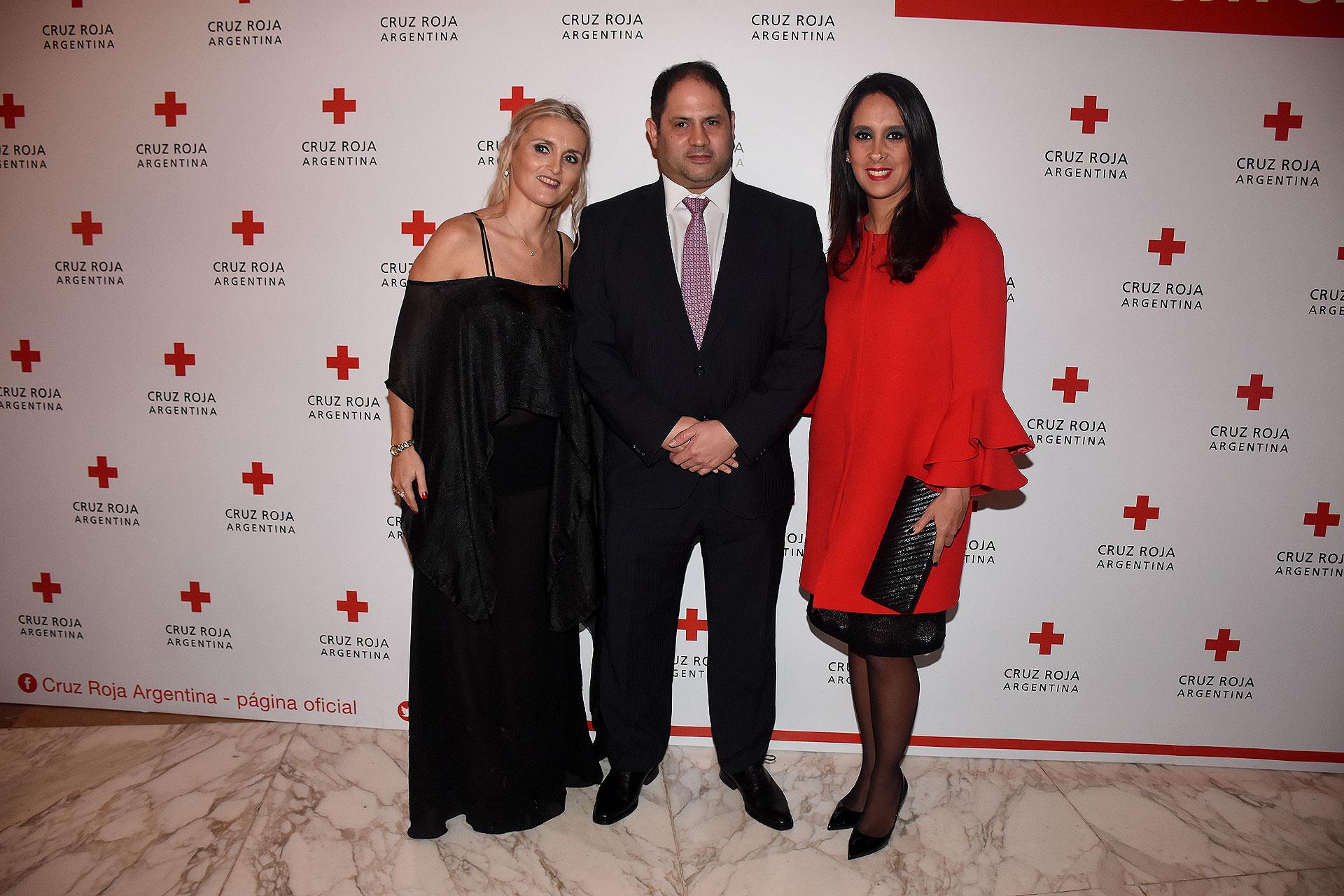 María Cecilia Villafañe, directora ejecutiva de Cruz Roja Argentina; junto a Felipe y Vanesa Herrera Noble