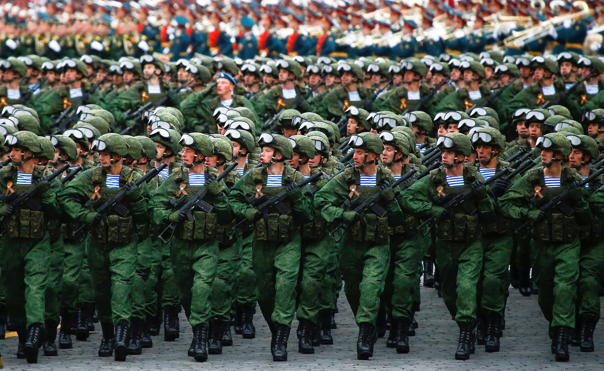Miles de tropas marcharon juntos a los sistemas de armas de última generación presentados por Rusia (Reuters)