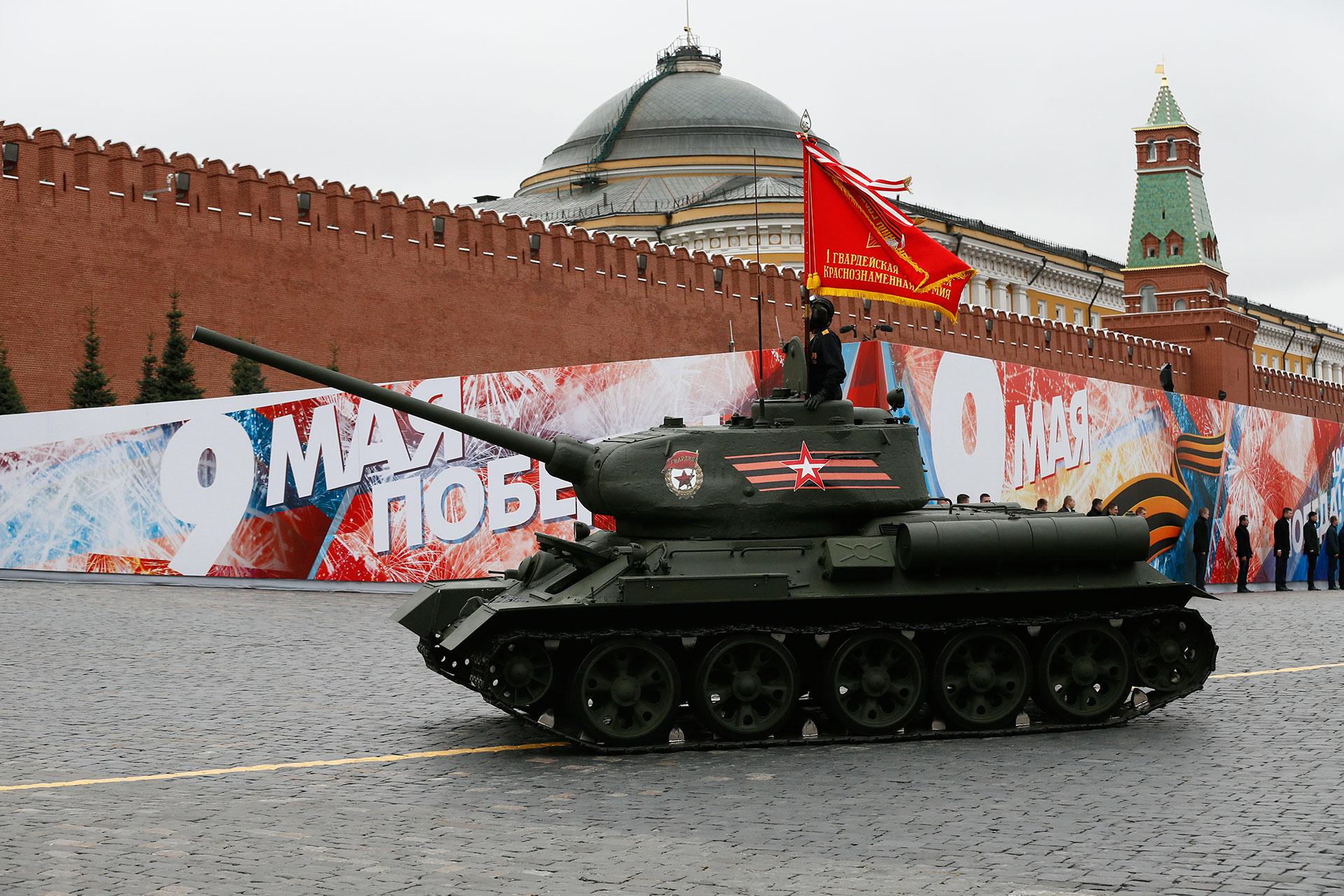 También presente entre la nueva tecnología estuvo este ícono de la Segunda Guerra Mundial y símbolo de la resistencia rusa al nazismo, el tanque T-34/85 (AP)