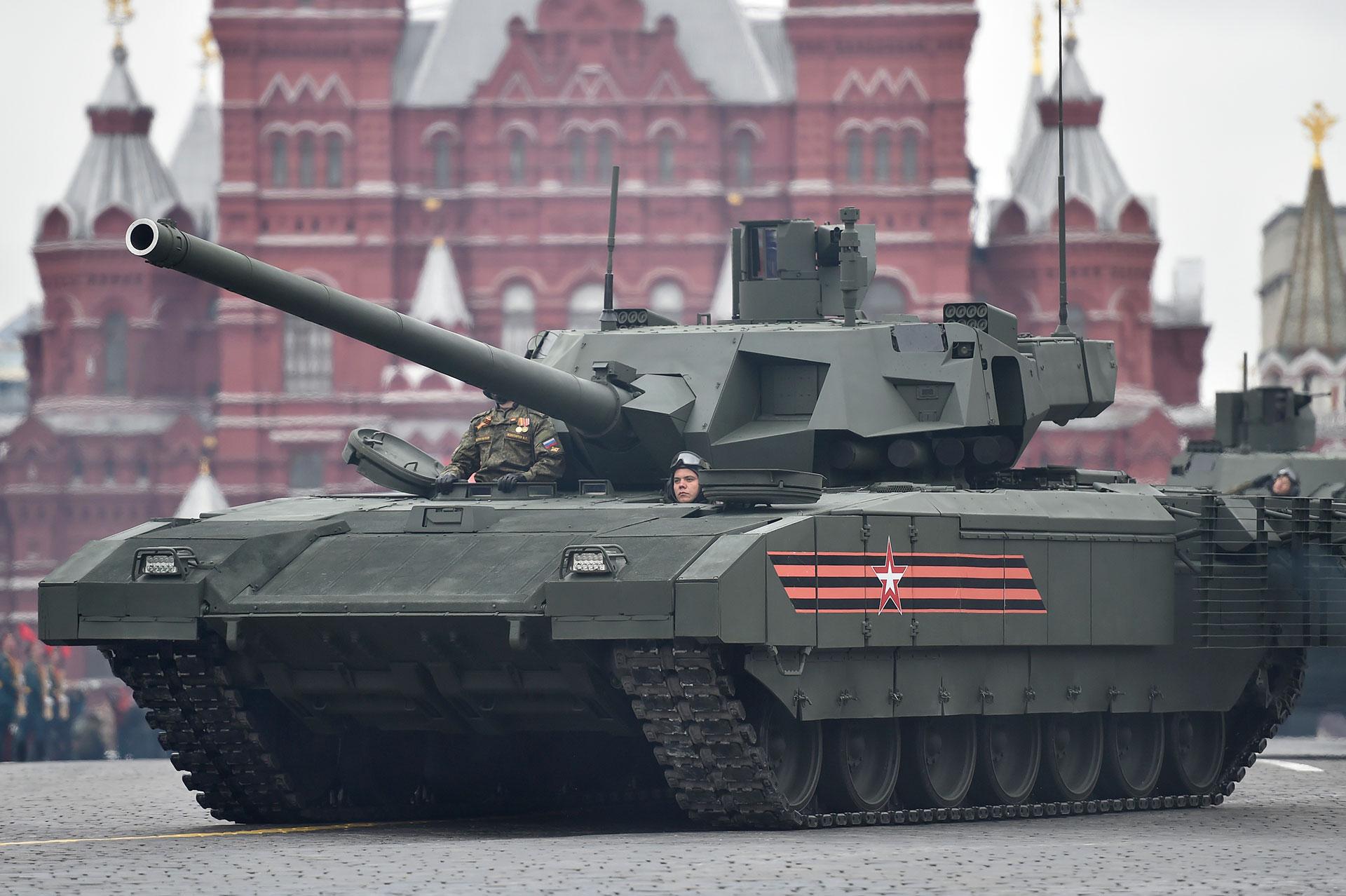 El futurista T-14 Armata es el tanque más moderno de Rusia y entró en servicio en 2016. Su torreta robotizada no está tripulada y su desempeño real es un misterio para sus rivales en la OTAN (AFP)