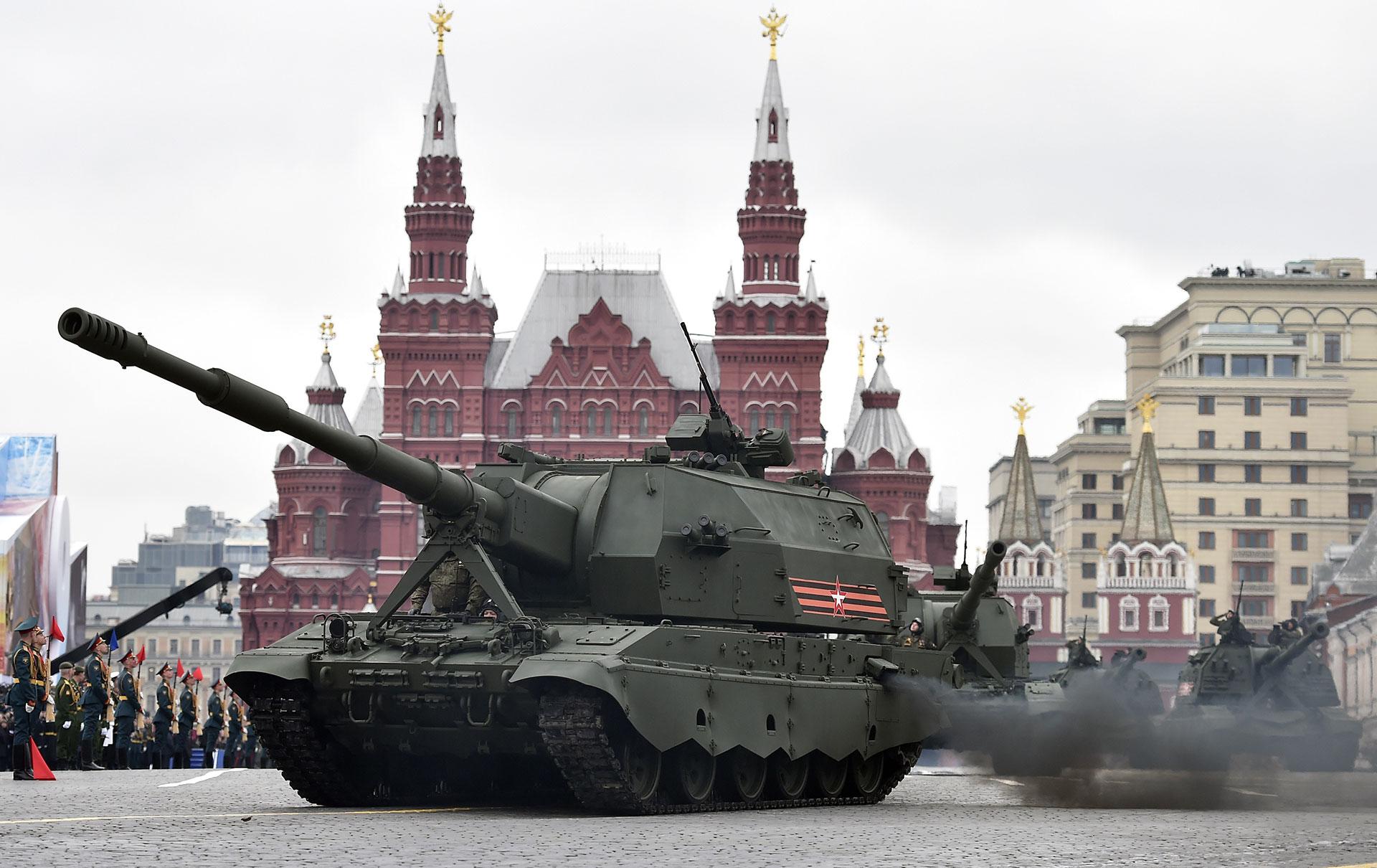 Un obús autopropulsado de 152 mm Koliatsiya-SV, develado en 2015 (AFP)