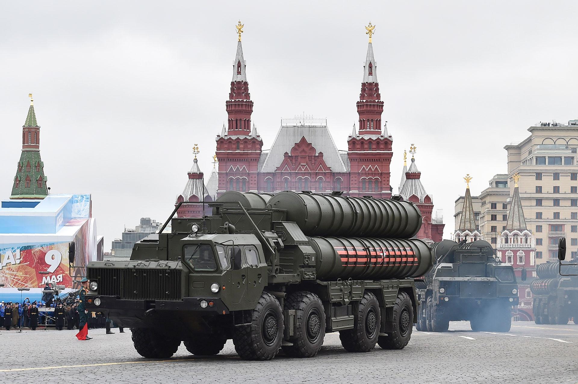 Misiles antiaéreos de medio y largo alcance S-400, los más modernos del arsenal ruso y comparables a los utilizados en el THAAD estadounidense (AFP)