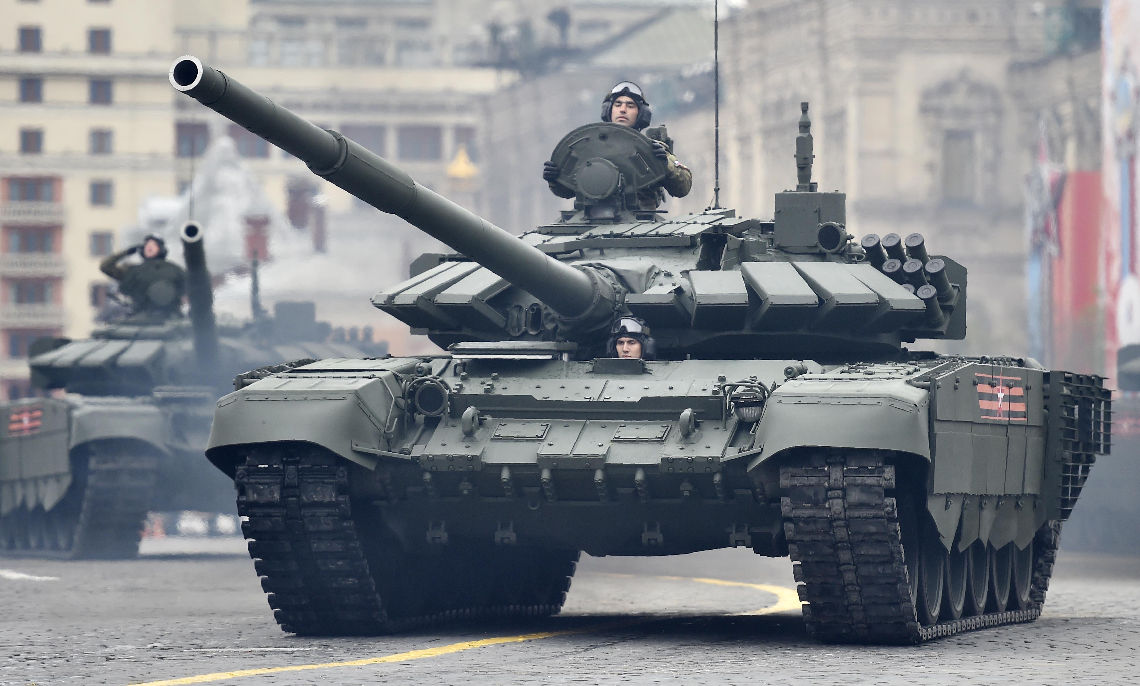Más allá de la tecnología de punta del Armata, la columna vertebral de las divisiones blindadas rusas sigue siendo el T-90 modernizado (Reuters)