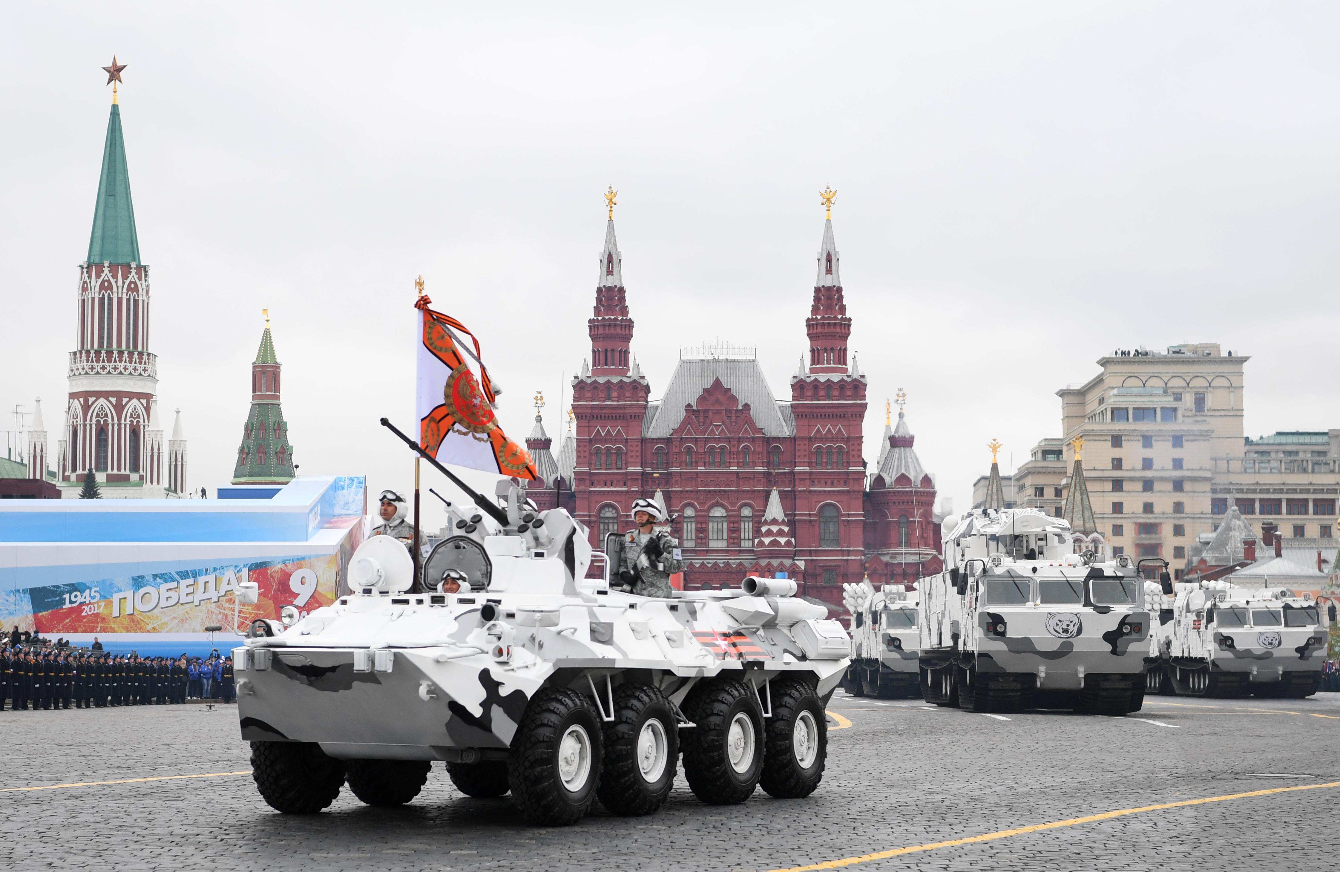 Un transporte blindado de tropas BTR-90 adaptado para el combate en el Ártico lidera la columna de lanzadores TOR-M2 (AFP)