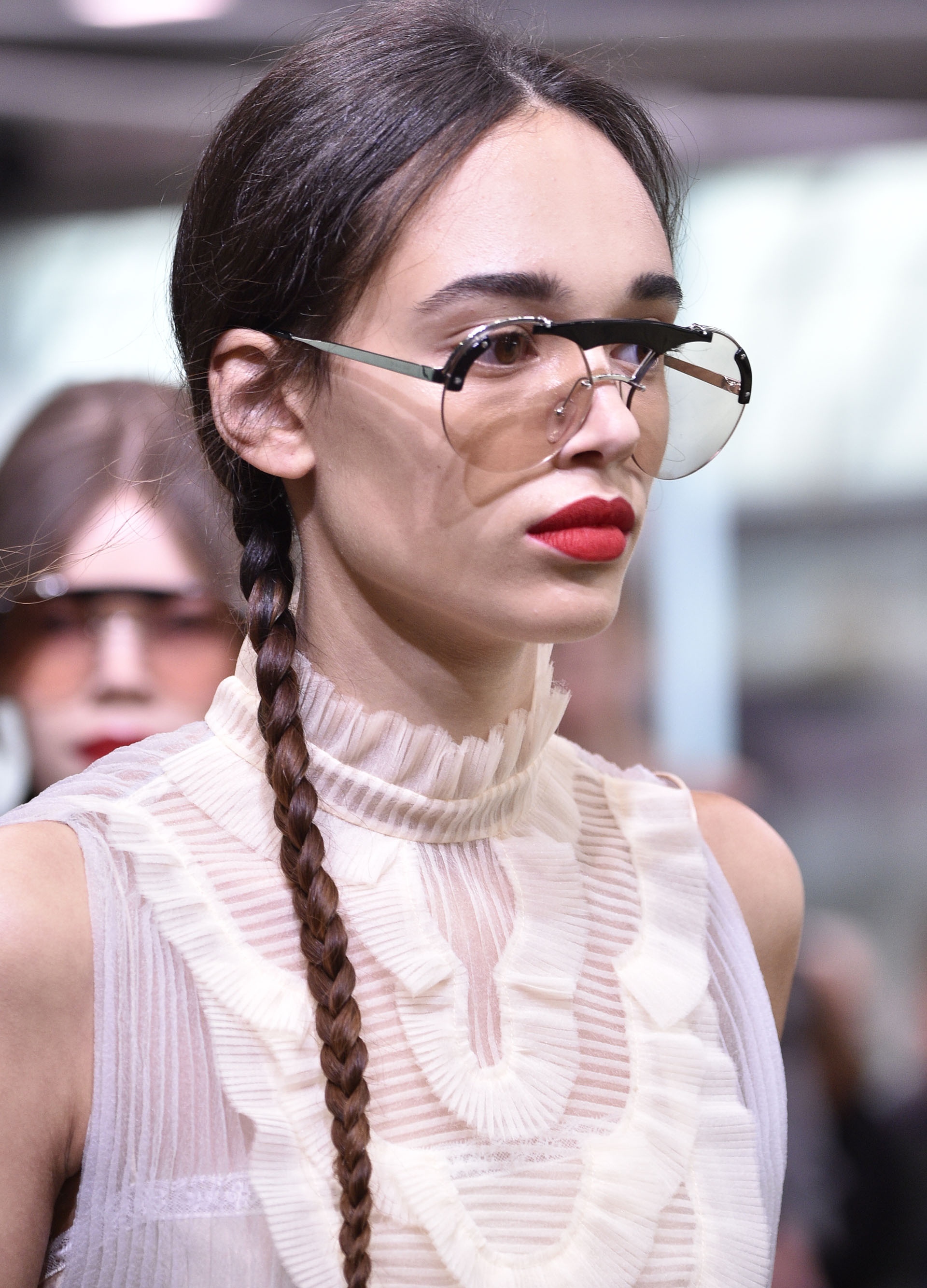 Los anteojos de lentes claras otro de los accesorios it de la temporada (Photo by Pietro D'Aprano/Getty Images)