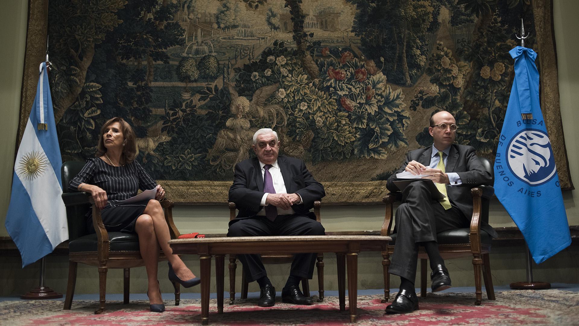 Laura Velázquez presidenta FEPESNA, Adelmo Gabbi, presidente de Bolsa de Comercio, y Andrés Rugeles, director representante de CAF en Argentina (Adrián Escandar)