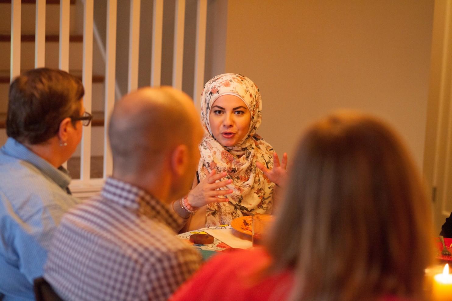 Amanda Saab se reúne con desconocidos para que le pregunten sobre el islamismo.(Meryl Schenker para The Washington Post)